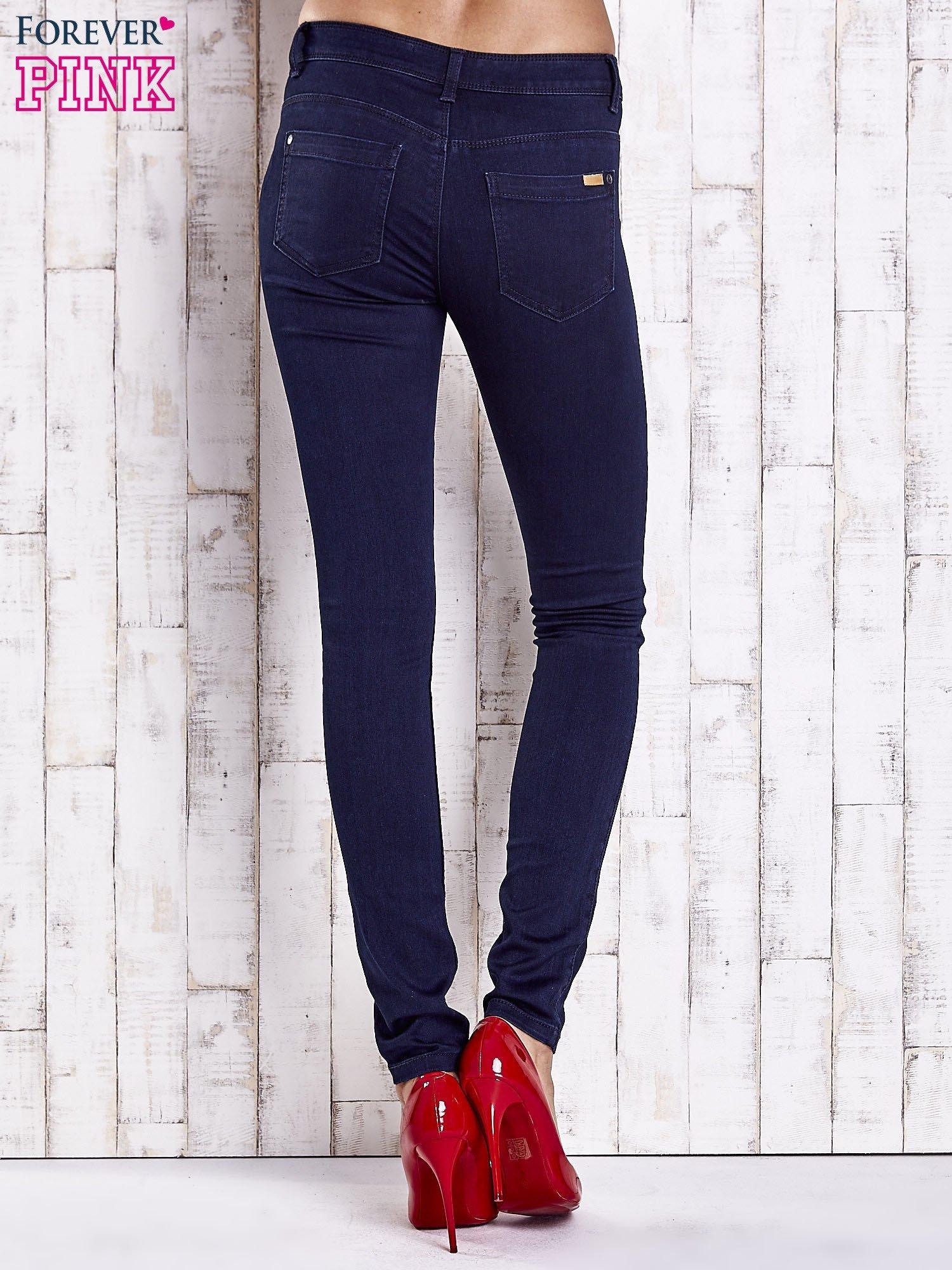 Granatowe dopasowane spodnie jeansowe                                  zdj.                                  3