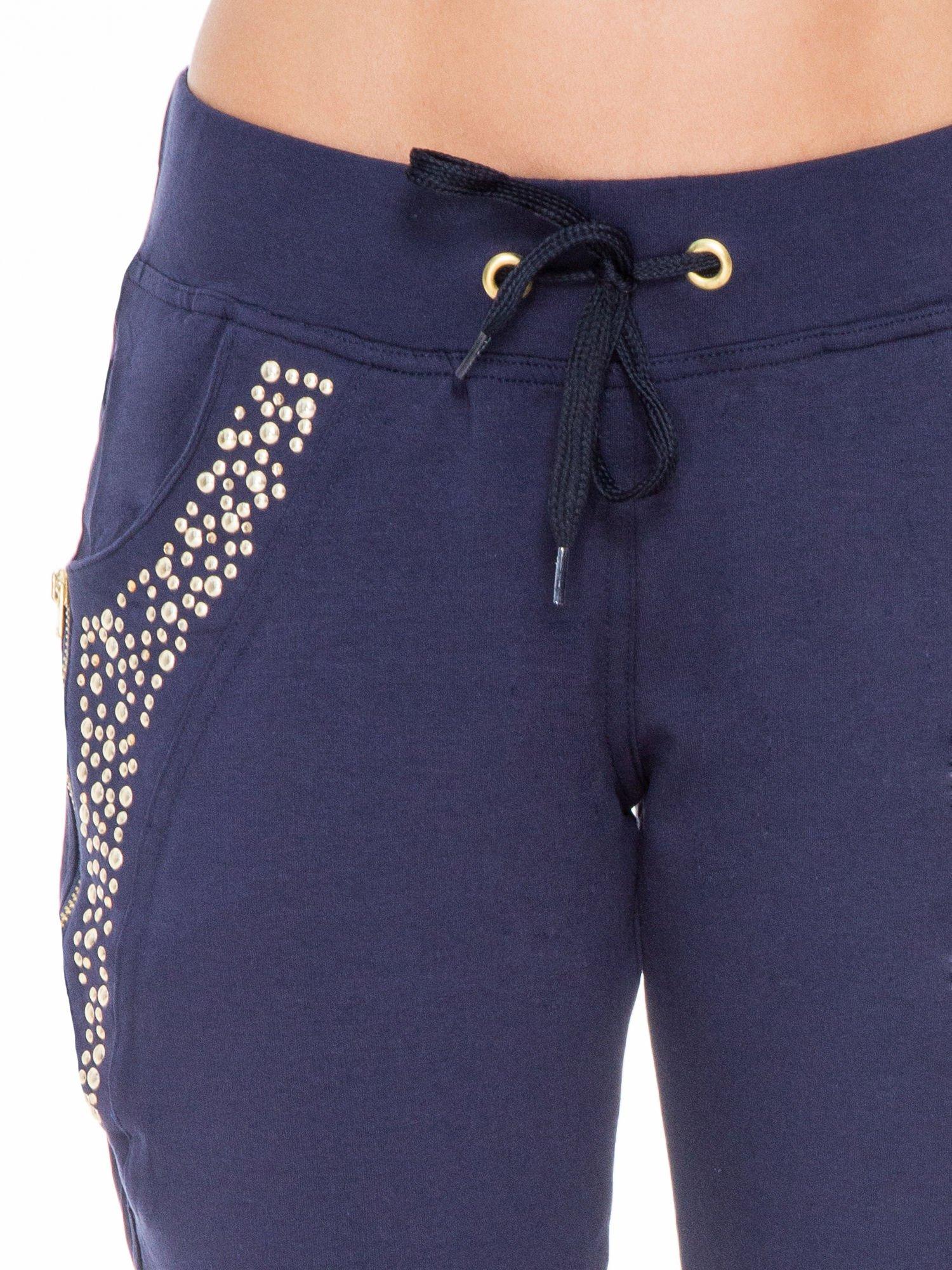 Granatowe eleganckie spodnie dresowe z dżetami                                  zdj.                                  4