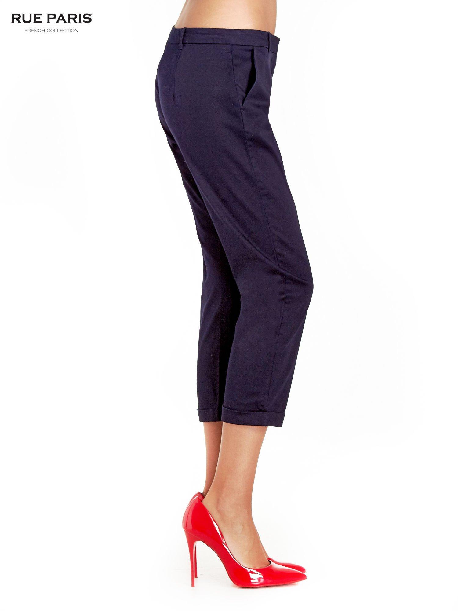 Granatowe eleganckie spodnie za kolano                                  zdj.                                  3