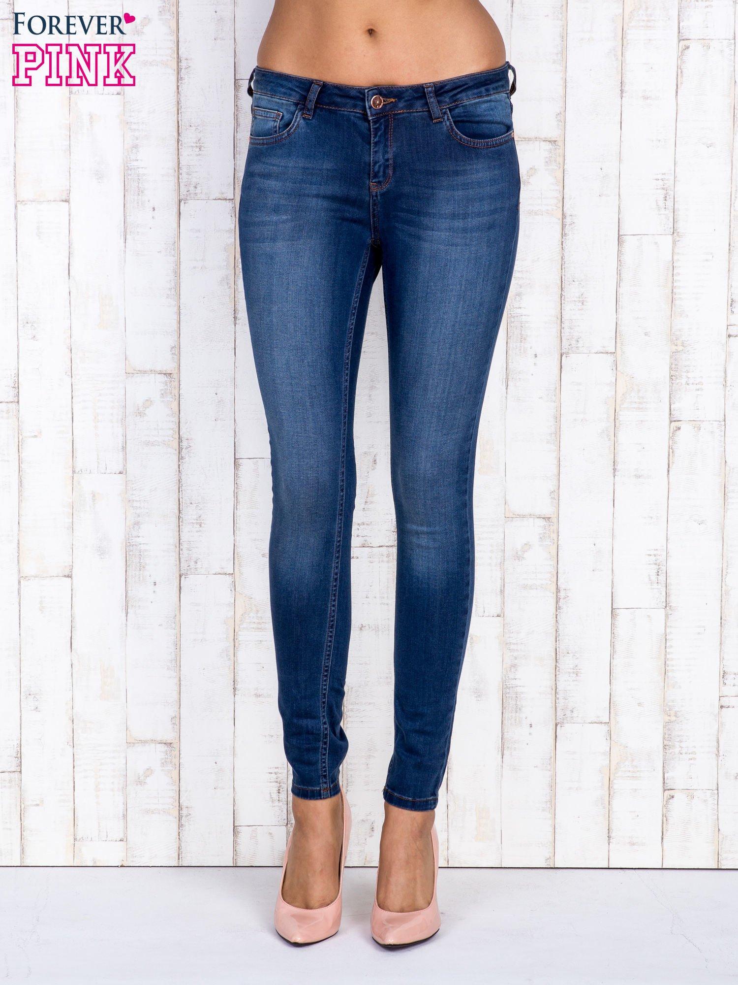 Granatowe jeansowe spodnie rurki z przetarciami                                  zdj.                                  1