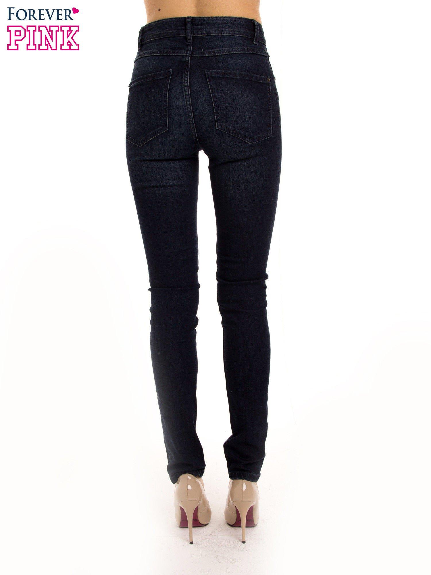 Granatowe jeansy rurki z wysokim stanem                                  zdj.                                  3