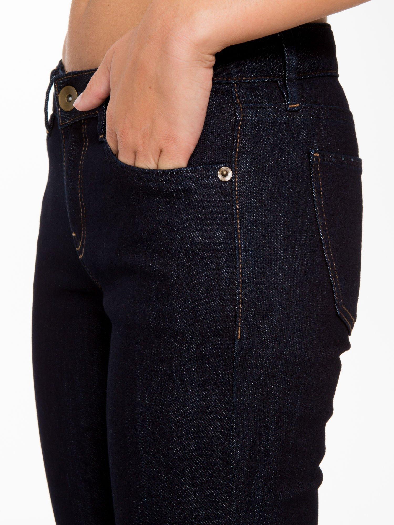 Granatowe klasyczne spodnie jeansowe rurki                                  zdj.                                  8