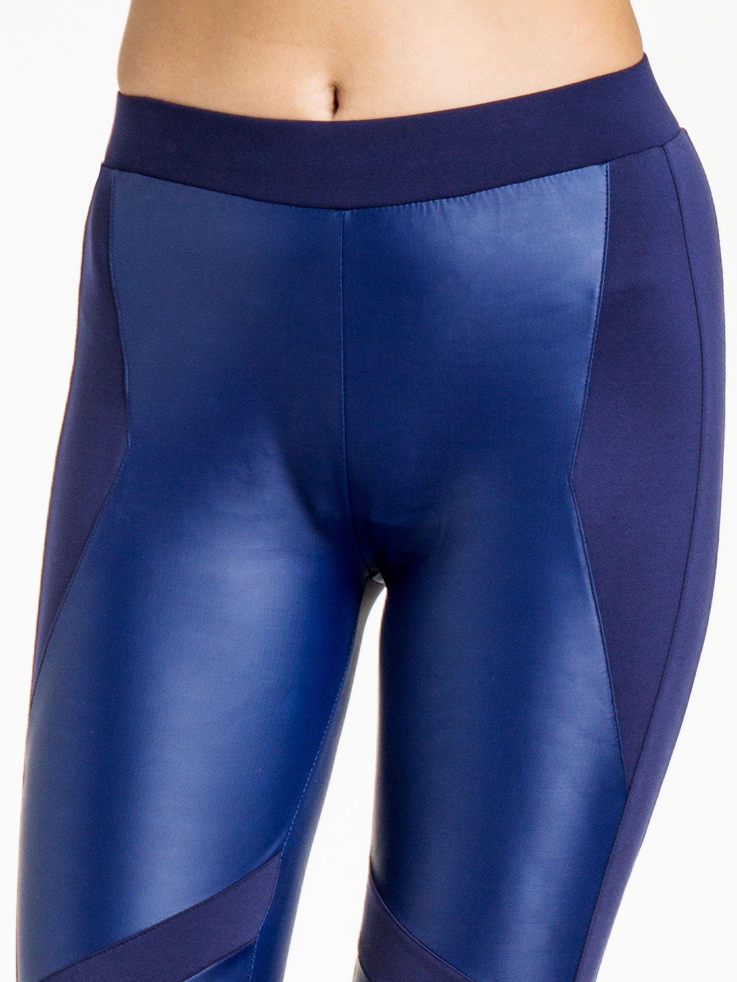 Granatowe legginsy modelujące ze skórzanymi panelami                                  zdj.                                  5