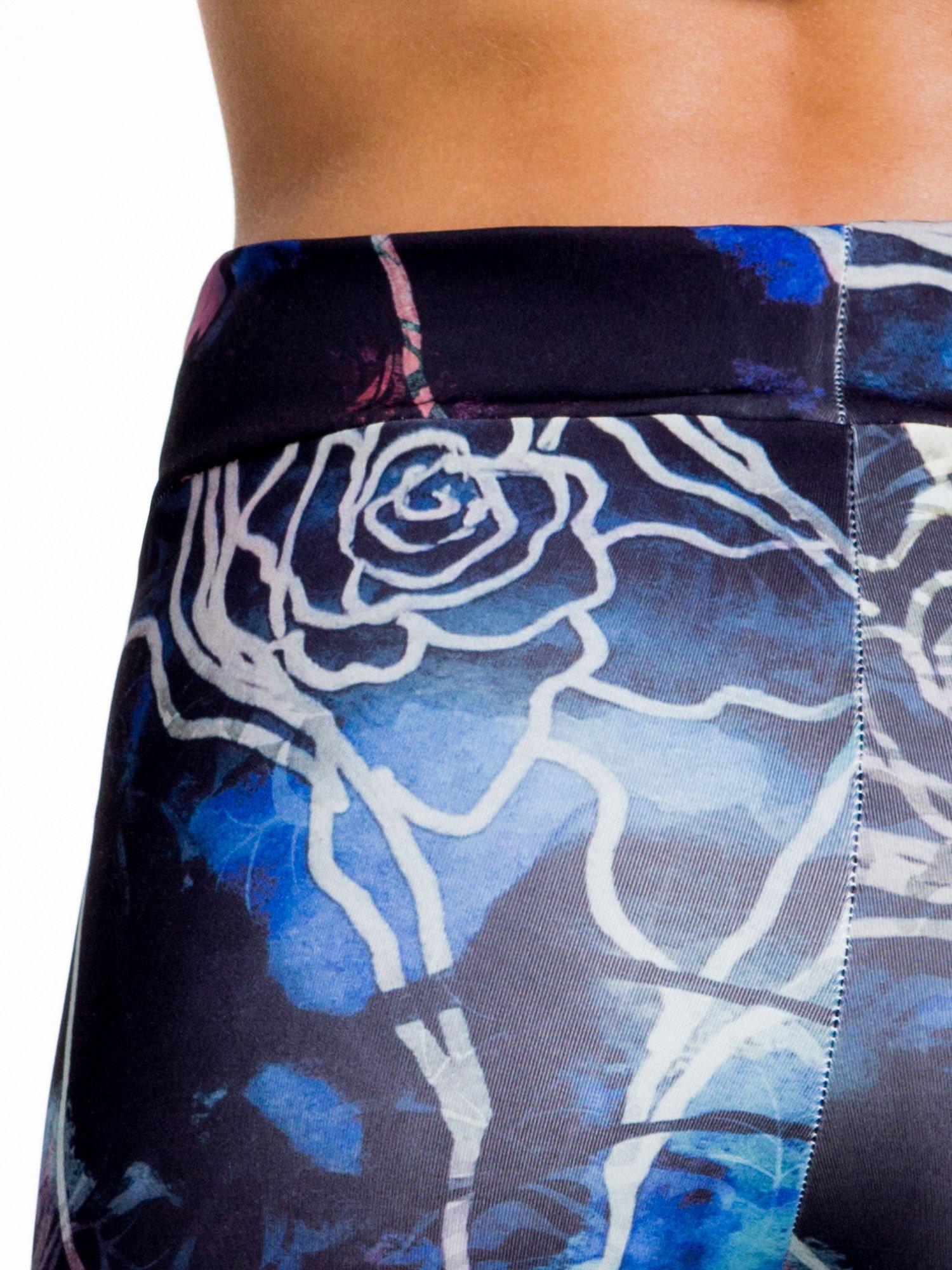 Granatowe legginsy w abstrakcyjny wzór                                  zdj.                                  5