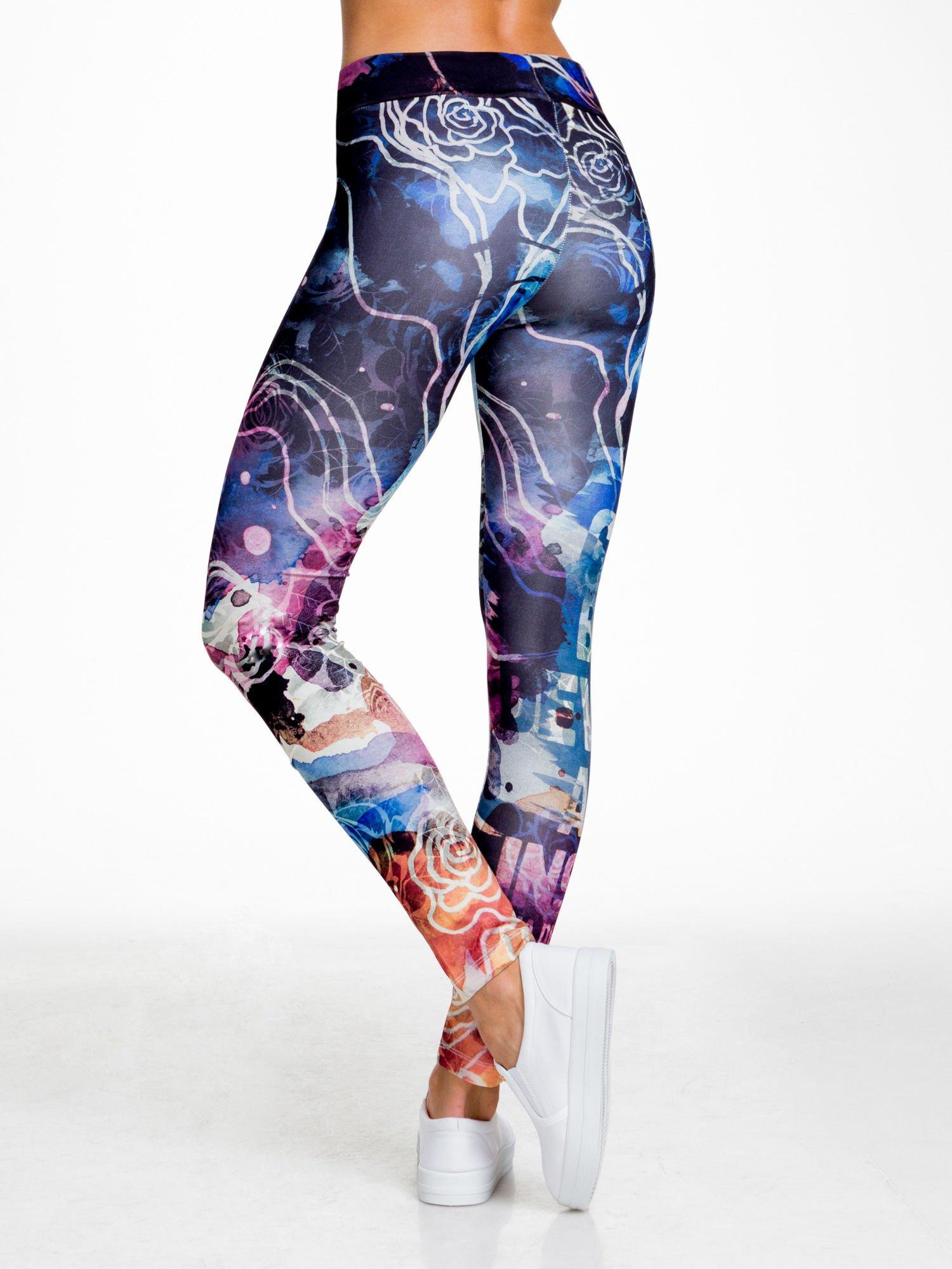 Granatowe legginsy w abstrakcyjny wzór                                  zdj.                                  2