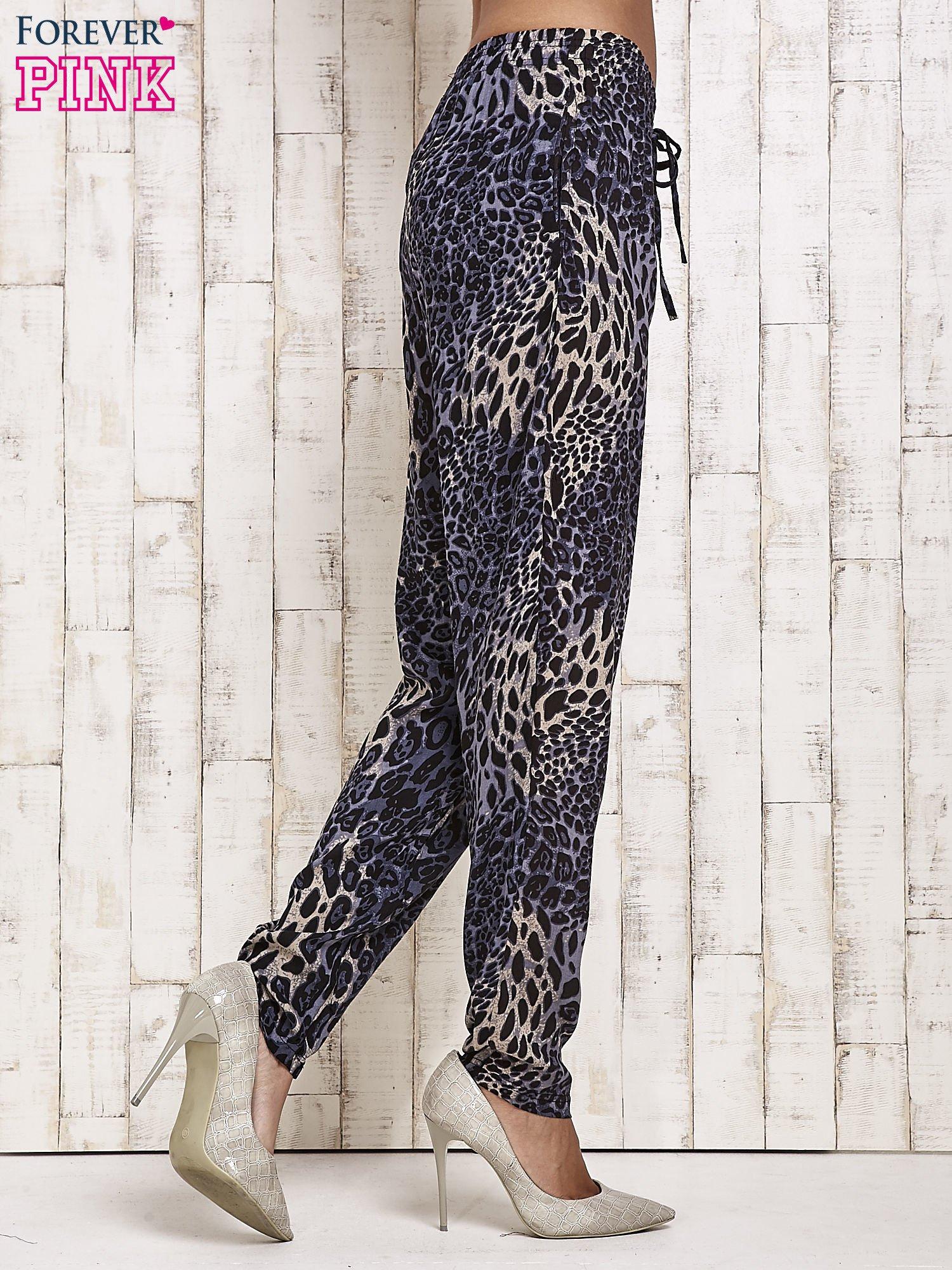 Granatowe lejące spodnie w panterkę                                  zdj.                                  4
