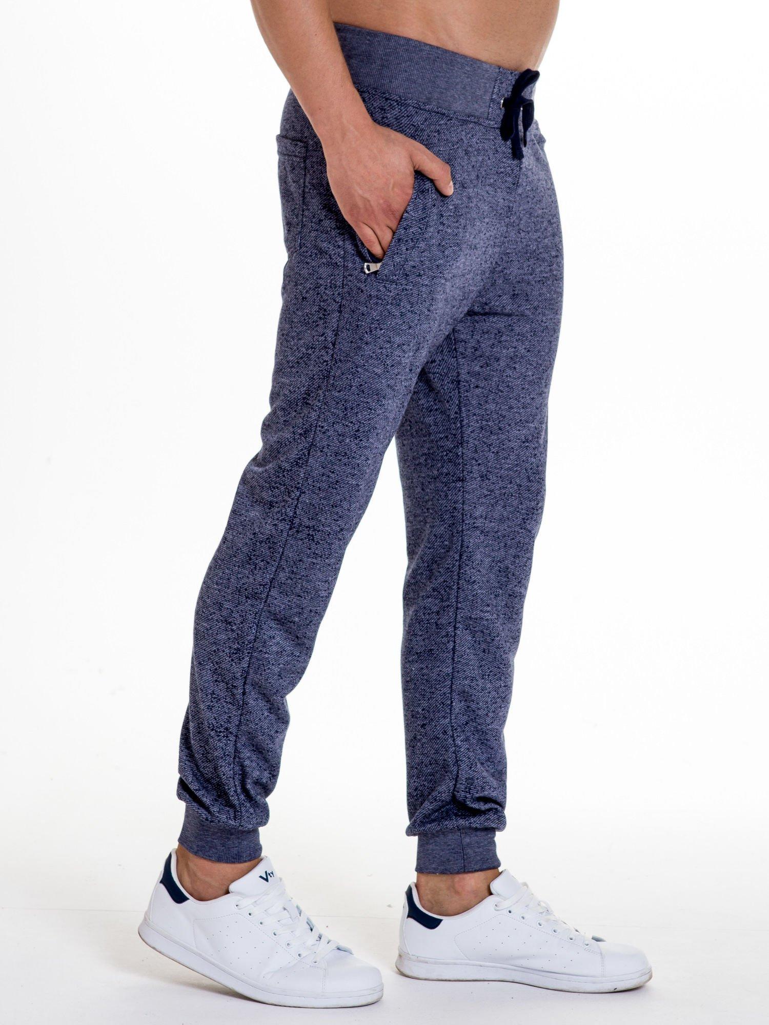 Granatowe melanżowe spodnie męskie z kieszeniami na suwak                                  zdj.                                  3