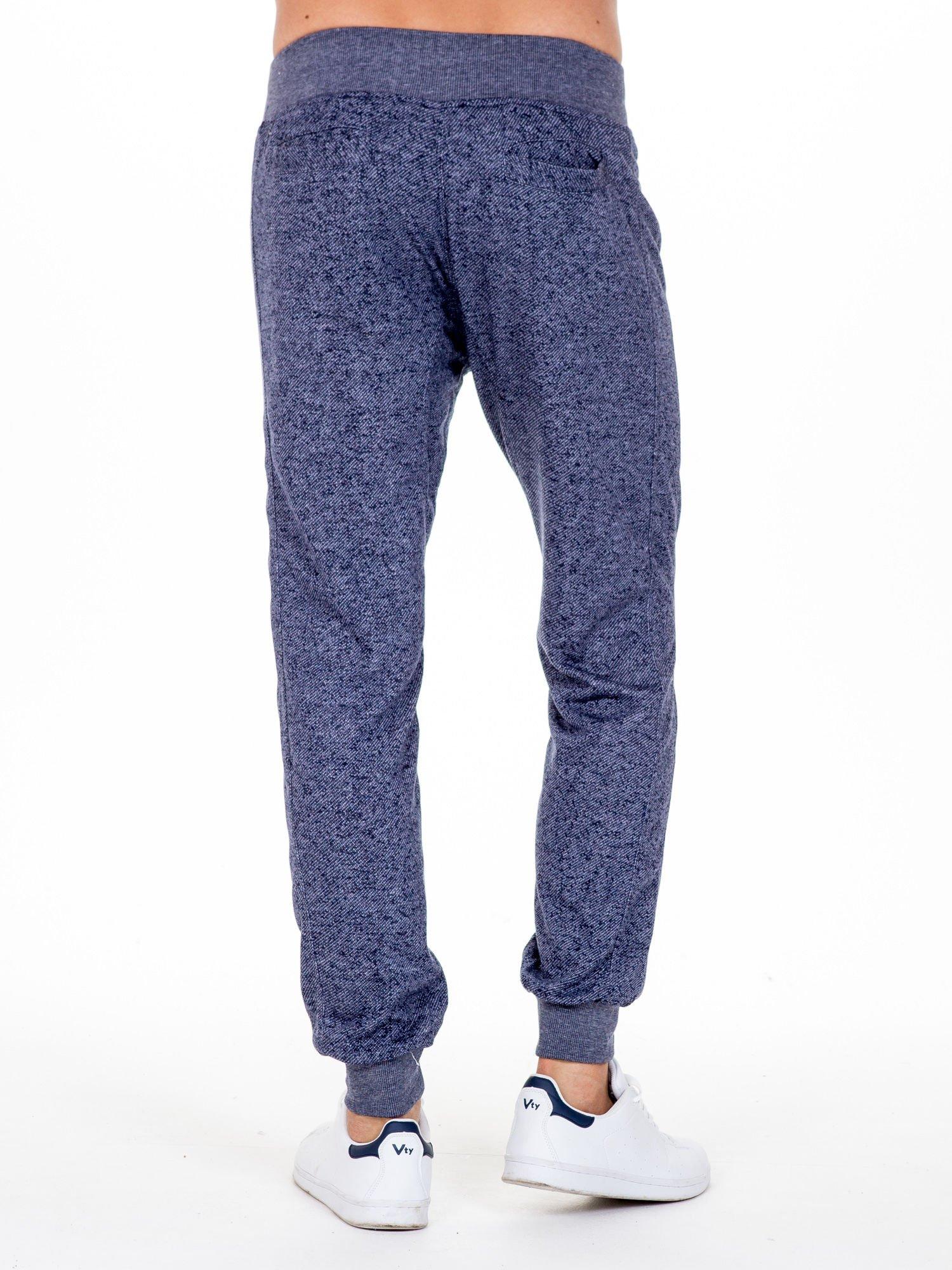 Granatowe melanżowe spodnie męskie z trokami i kieszeniami                                  zdj.                                  2