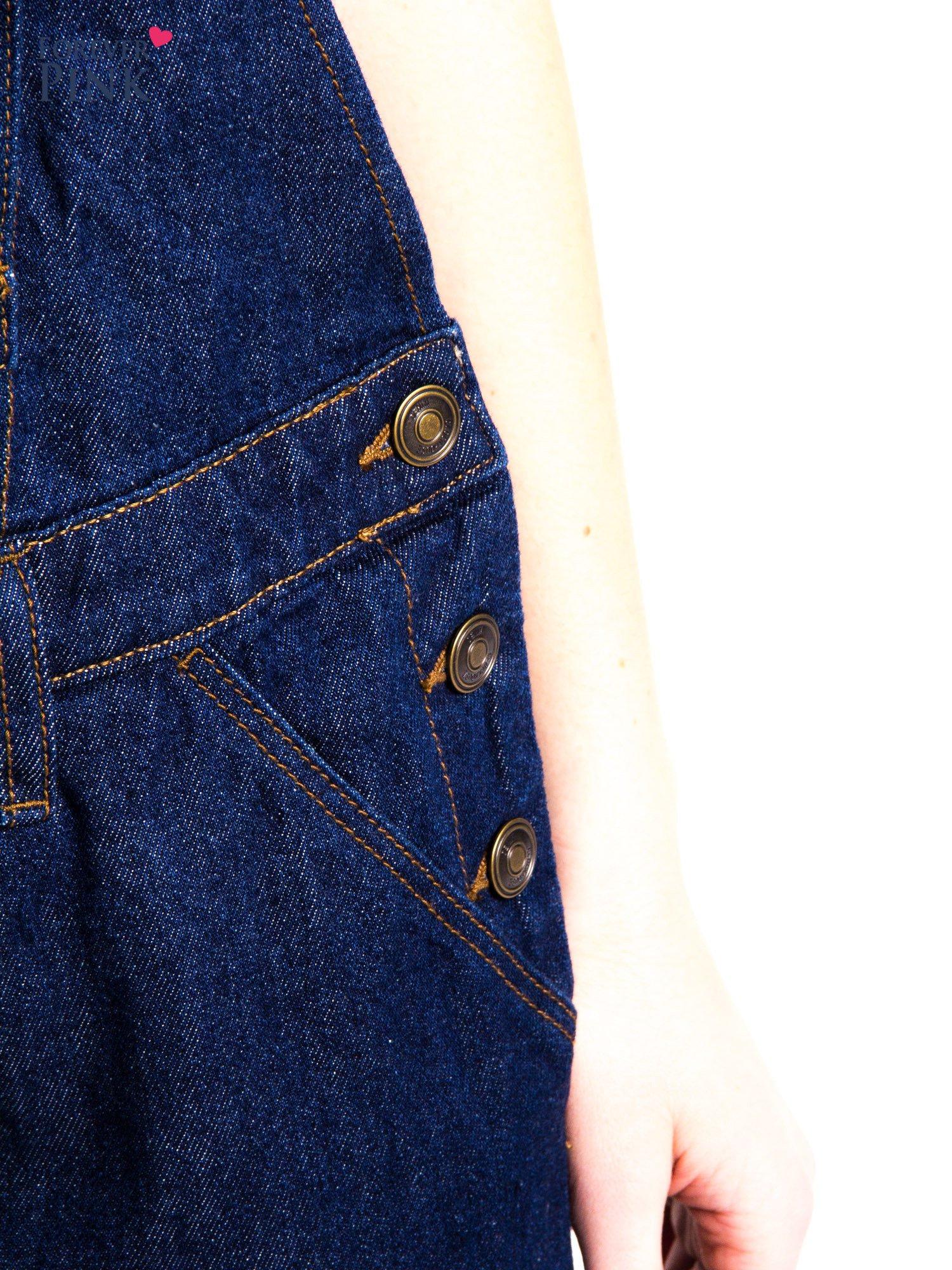 Granatowe ogrodniczki jeansowe z kieszeniami                                  zdj.                                  11