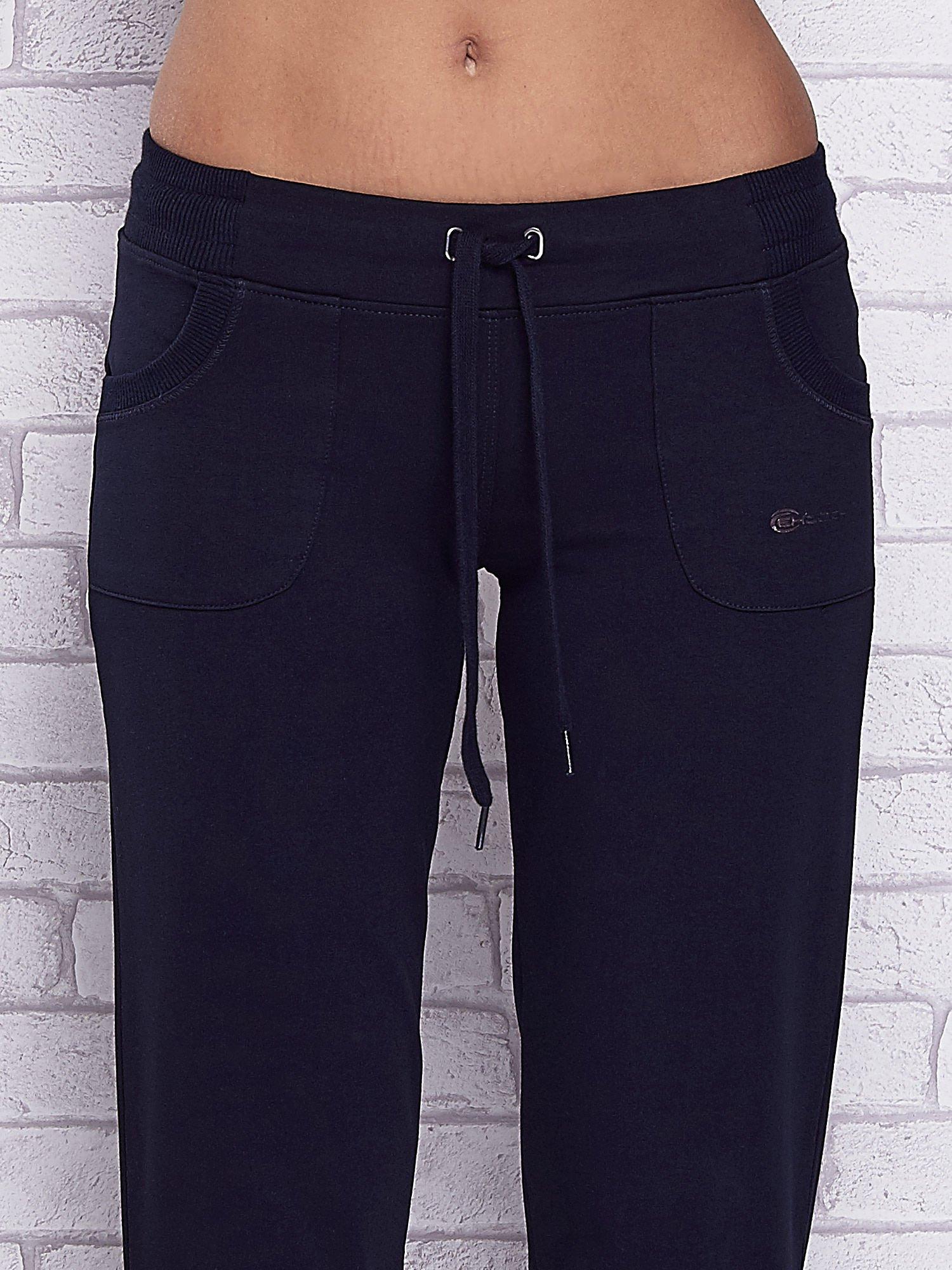 Granatowe spodnie capri z kolorowym nadrukiem z tyłu                                  zdj.                                  4