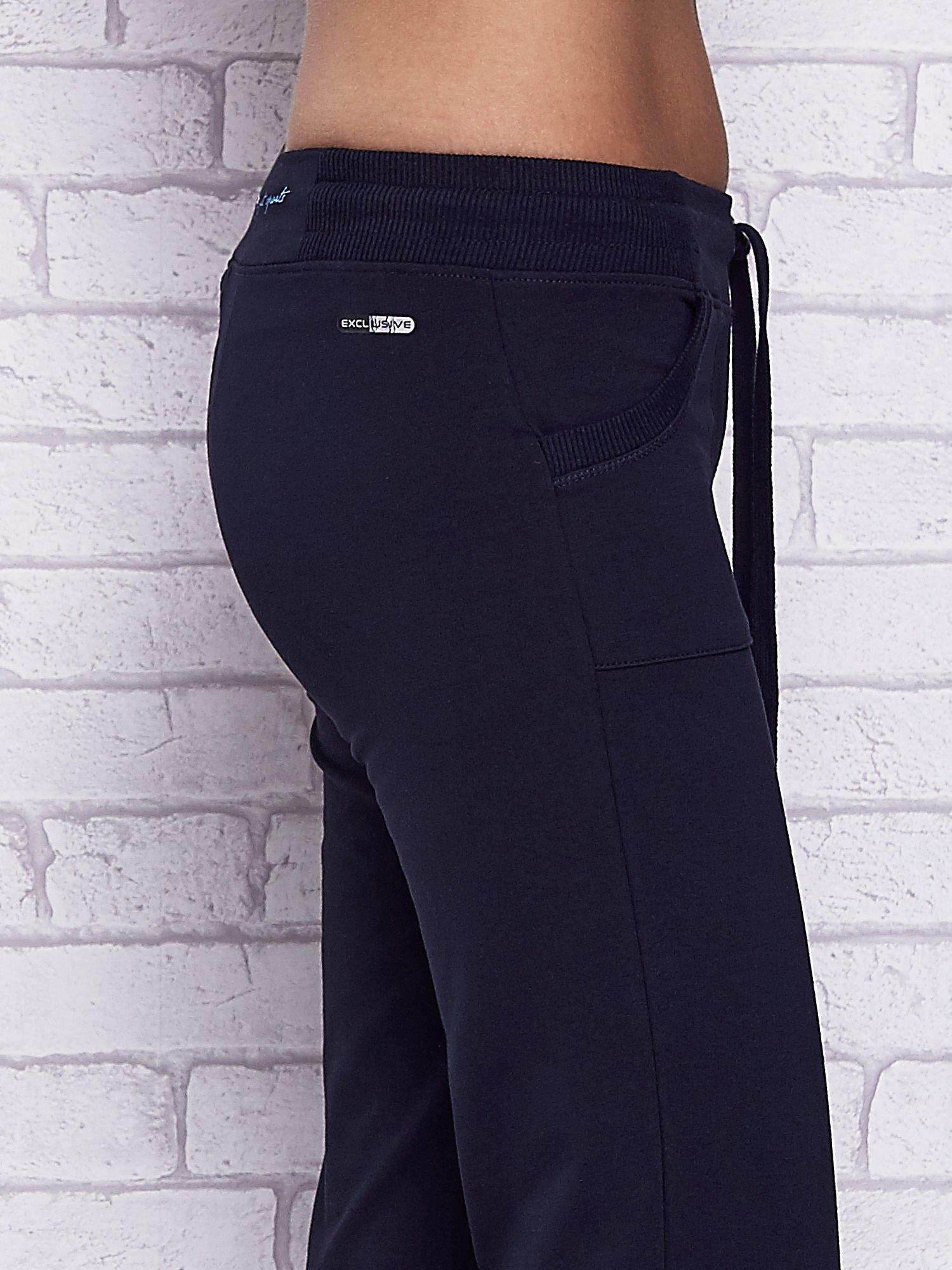 Granatowe spodnie capri z kolorowym nadrukiem z tyłu                                  zdj.                                  5