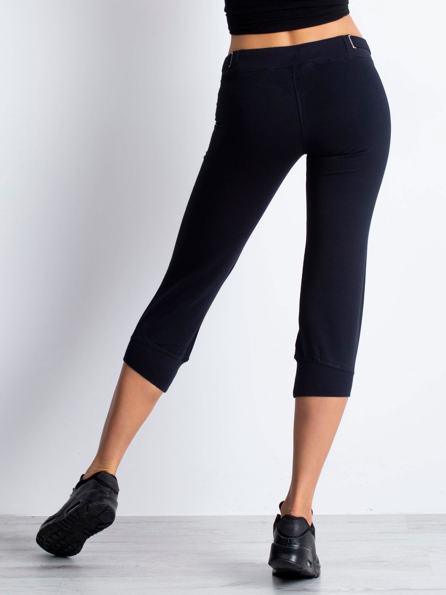 Granatowe spodnie dresowe capri z materiałowym paskiem                                  zdj.                                  5