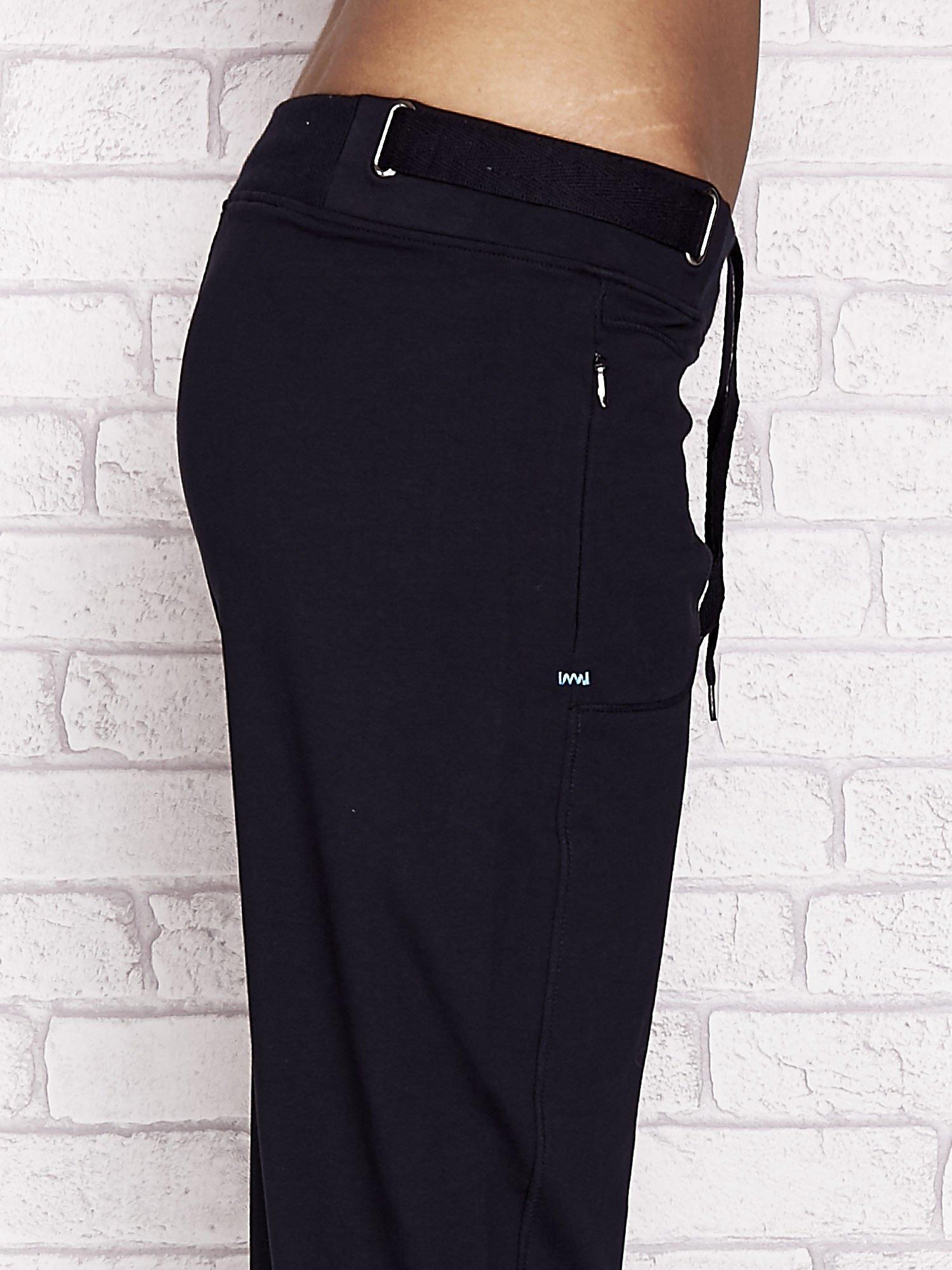 Granatowe spodnie dresowe capri z wszytymi kieszeniami                                  zdj.                                  5