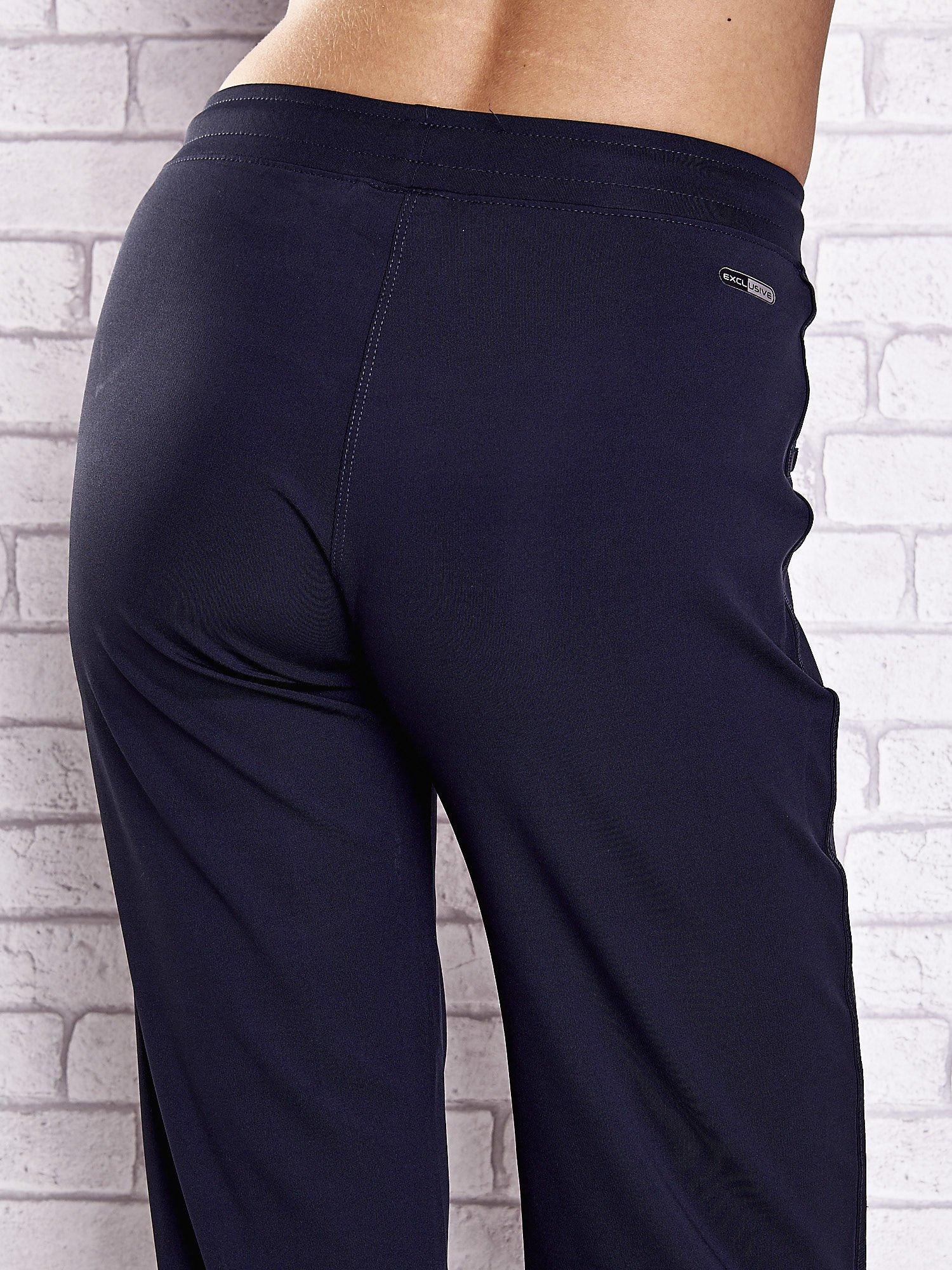 Granatowe spodnie dresowe z aplikacjami z błyszczących dżetów                                  zdj.                                  6