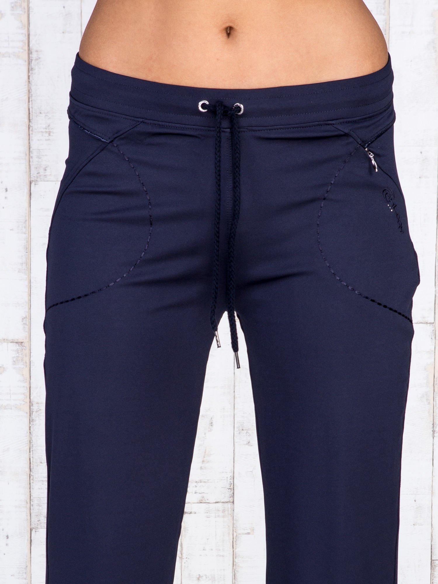 Granatowe spodnie dresowe z kieszonką i haftem PLUS SIZE                                  zdj.                                  4