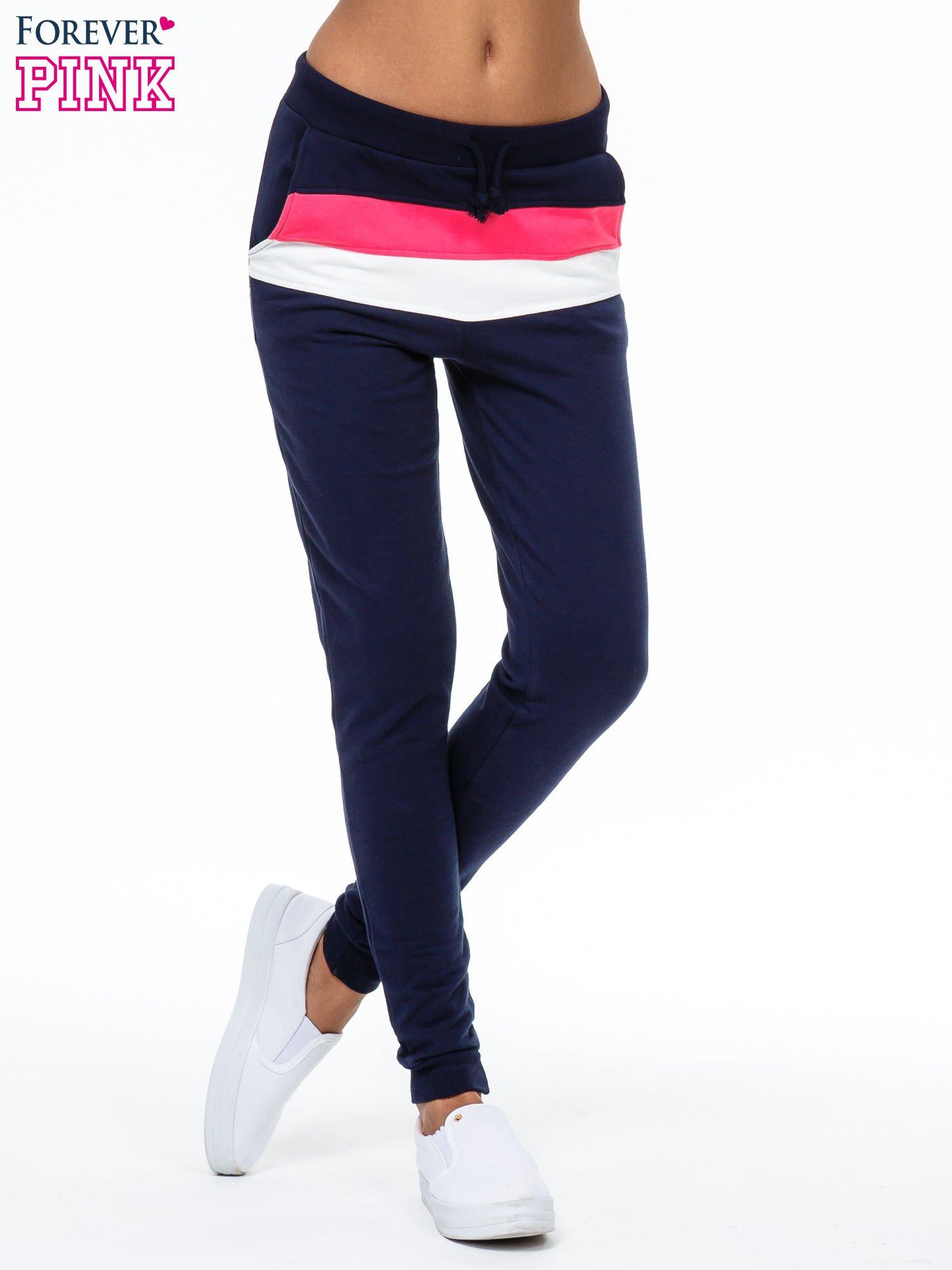 Granatowe spodnie dresowe z kolorową wstawką                                  zdj.                                  1