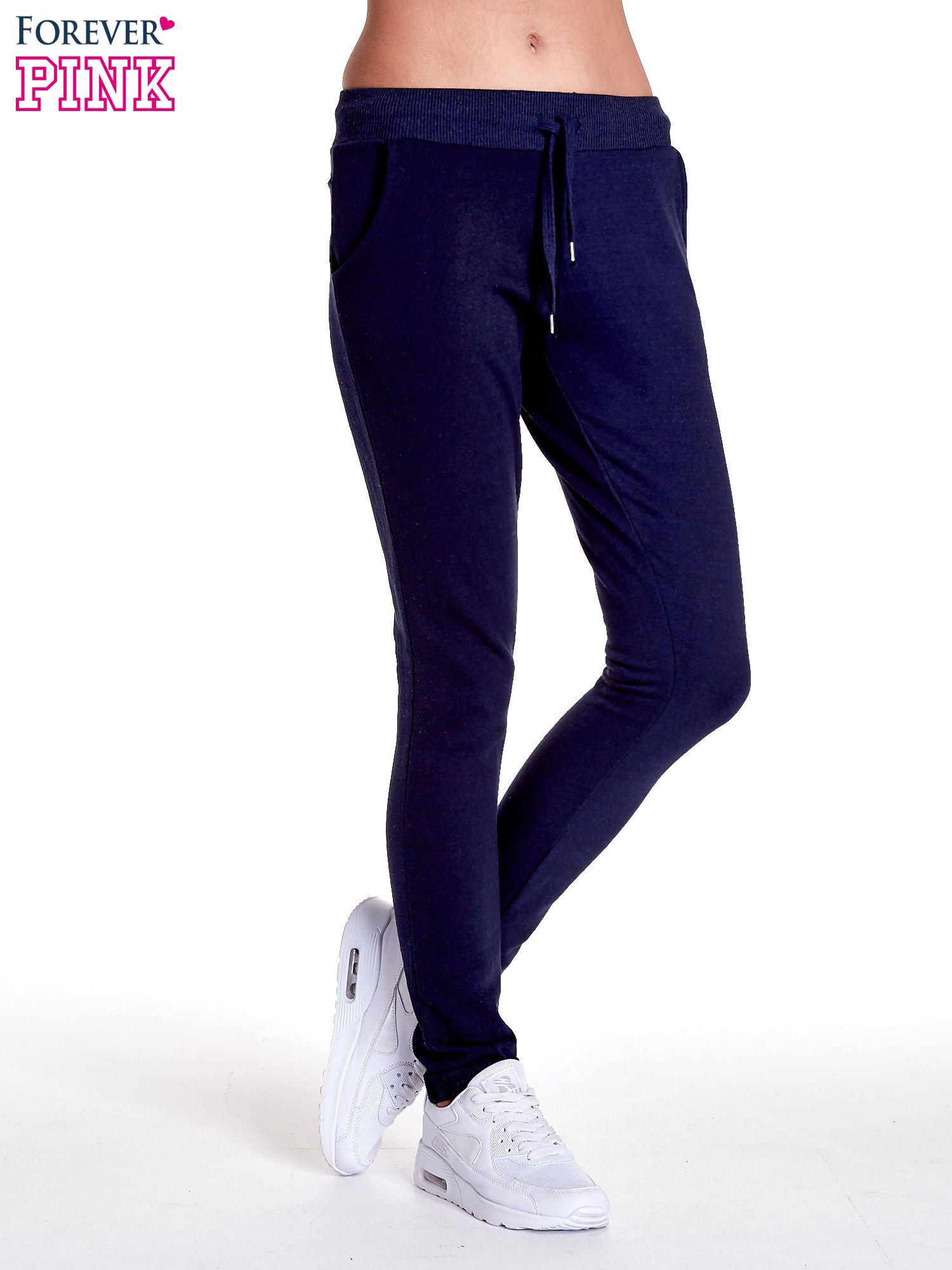 Granatowe spodnie dresowe z prostą nogawką                                  zdj.                                  1