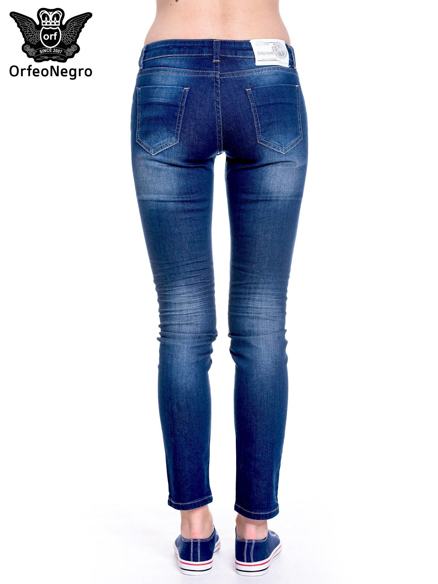 Granatowe spodnie jeansowe rurki z cieniowaniem                                  zdj.                                  5