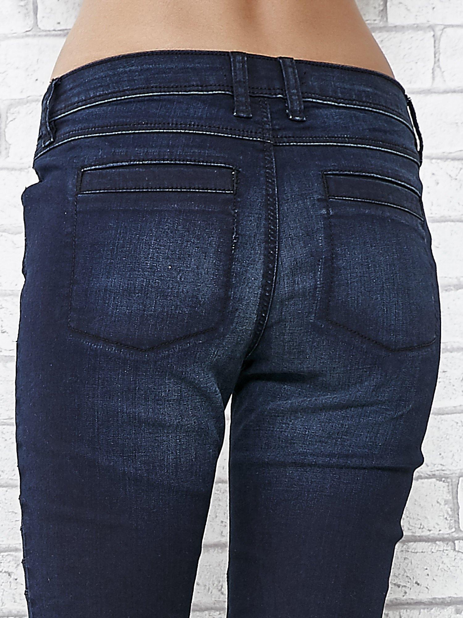 Granatowe spodnie skinny jeans biker z przeszyciami                                  zdj.                                  6