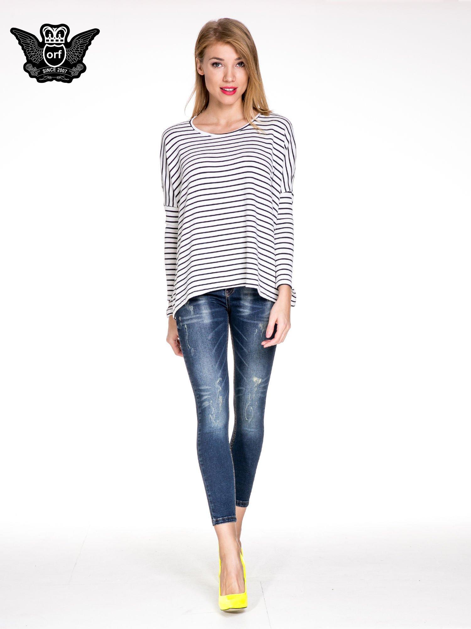 Granatowe spodnie skinny jeans z przecieraną nogawką z przodu                                  zdj.                                  2