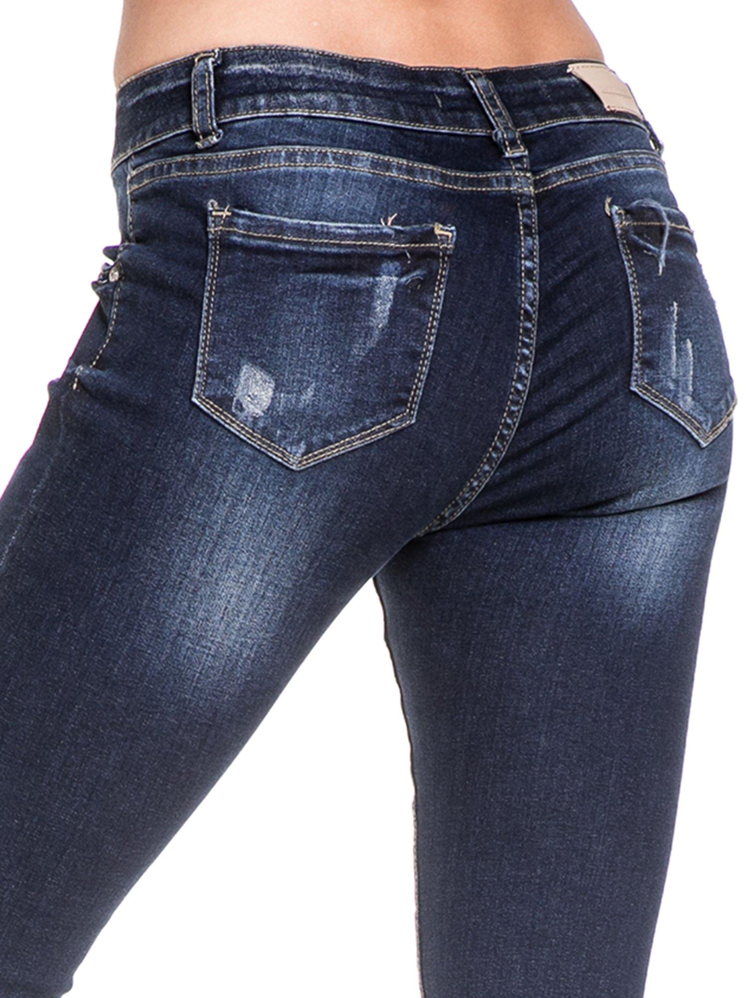 Granatowe spodnie skinny jeans z zamkami na dole                                  zdj.                                  7