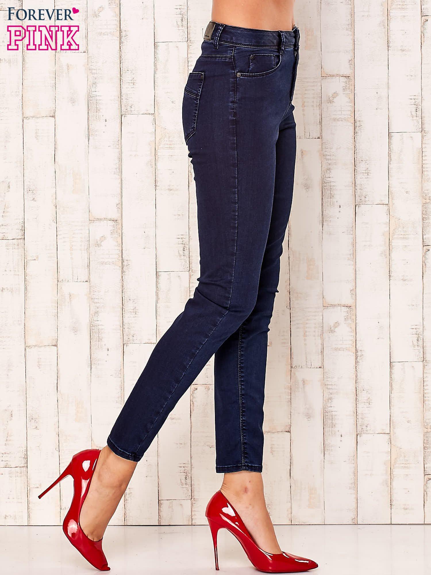 Granatowe spodnie z prostymi nogawkami                                  zdj.                                  2