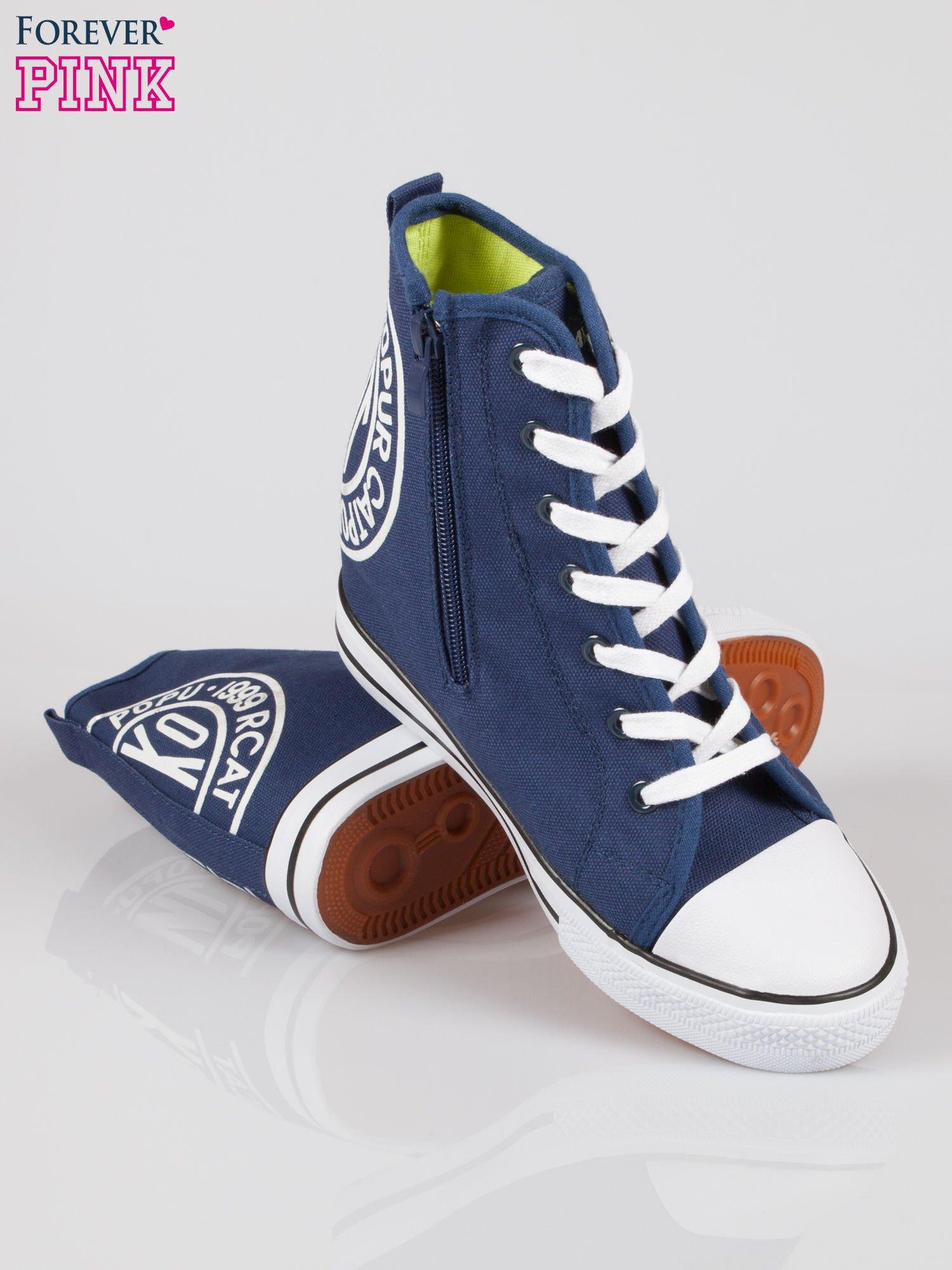 Granatowe trampki na koturnie sneakersy z logo                                  zdj.                                  4