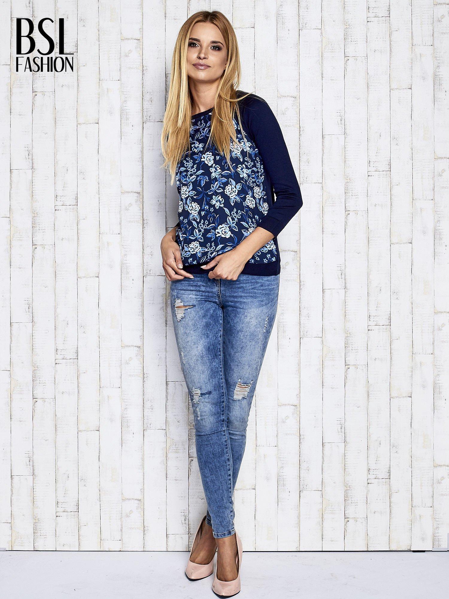 Granatowy kwiatowy sweter z łączonych materiałów                                  zdj.                                  2