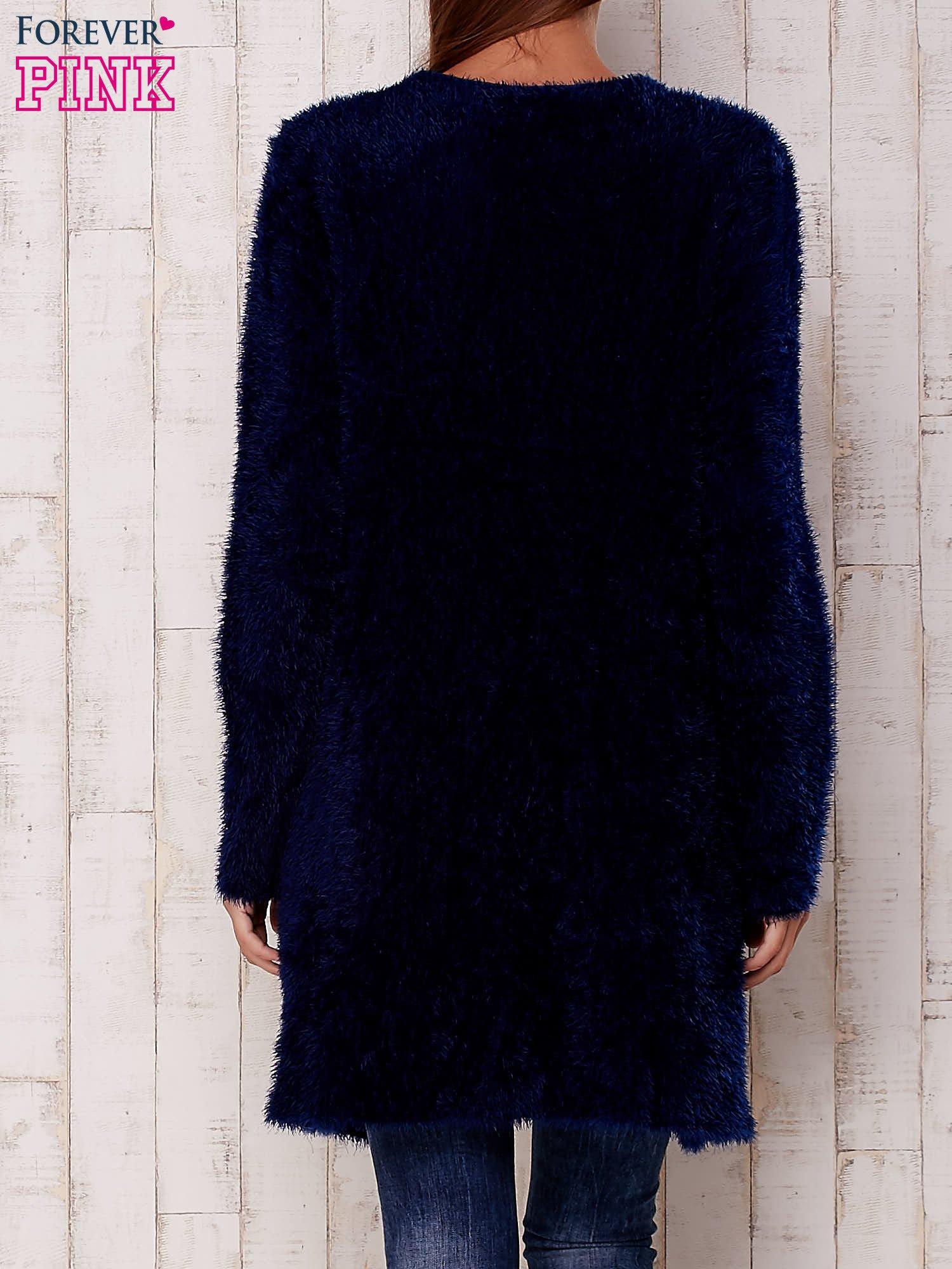 Granatowy puszysty sweter z otwartym dekoltem                                  zdj.                                  4