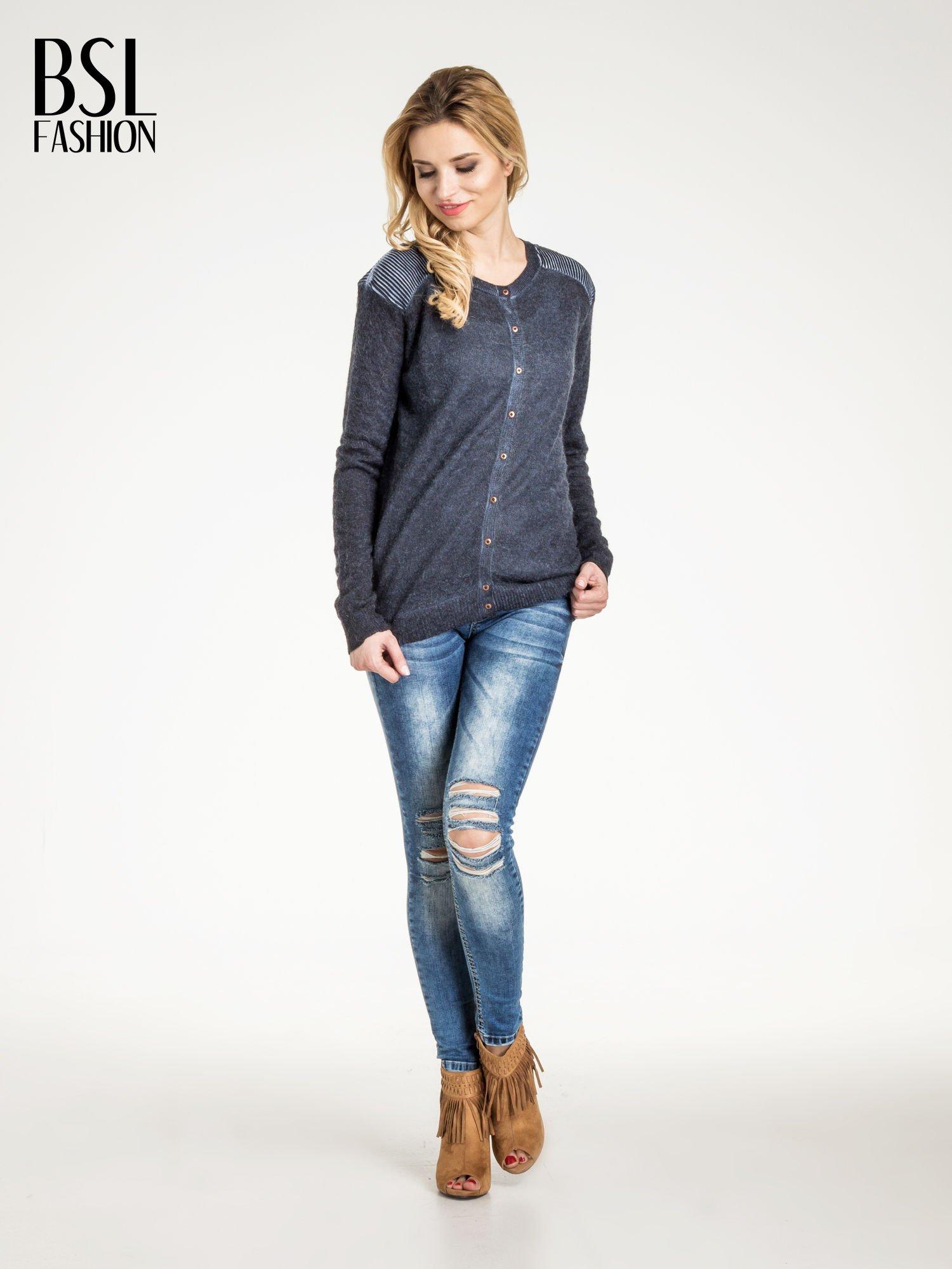 Granatowy sweter na guziki z włochatej dzianiny                                  zdj.                                  4