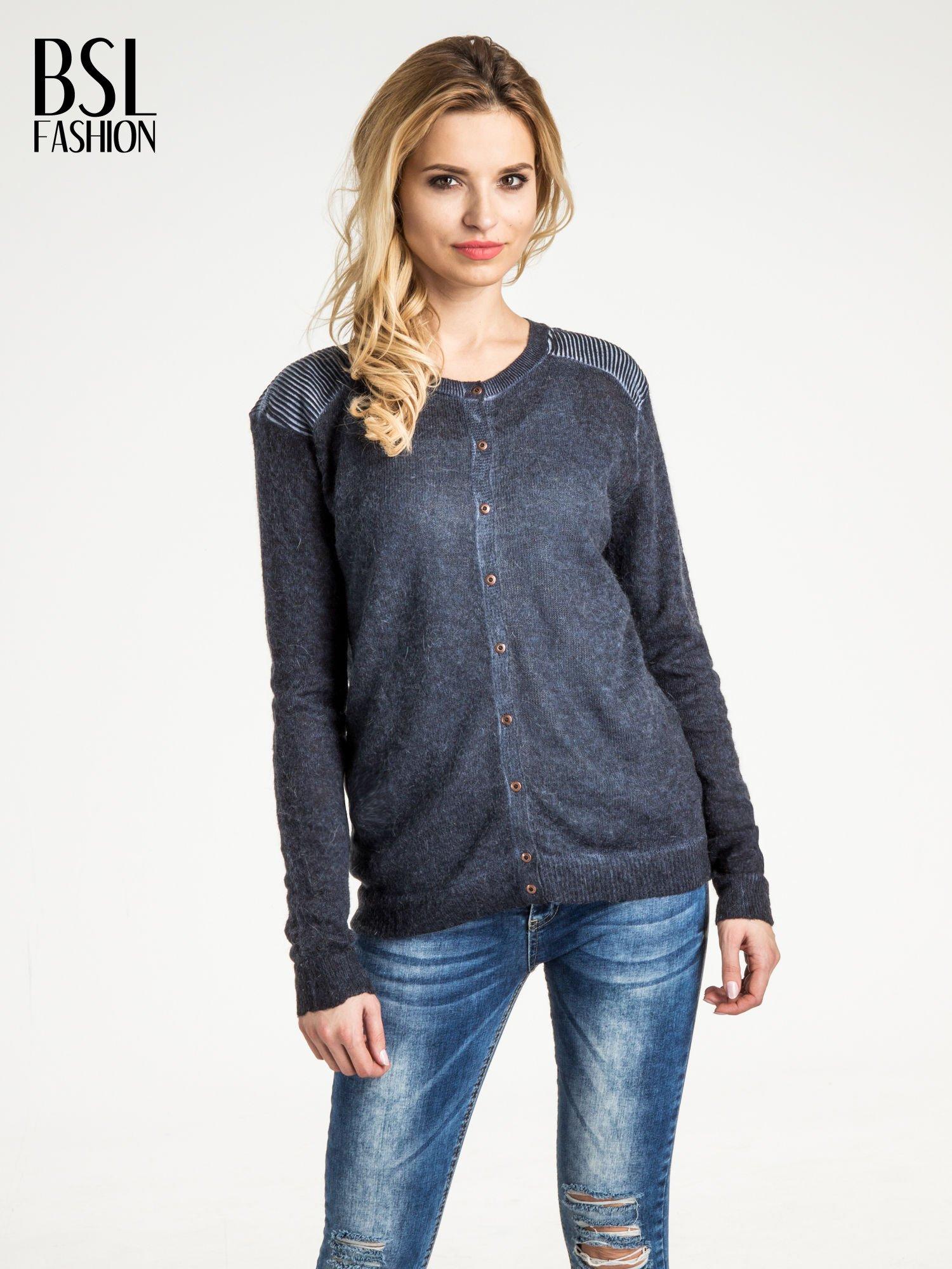Granatowy sweter na guziki z włochatej dzianiny                                  zdj.                                  1
