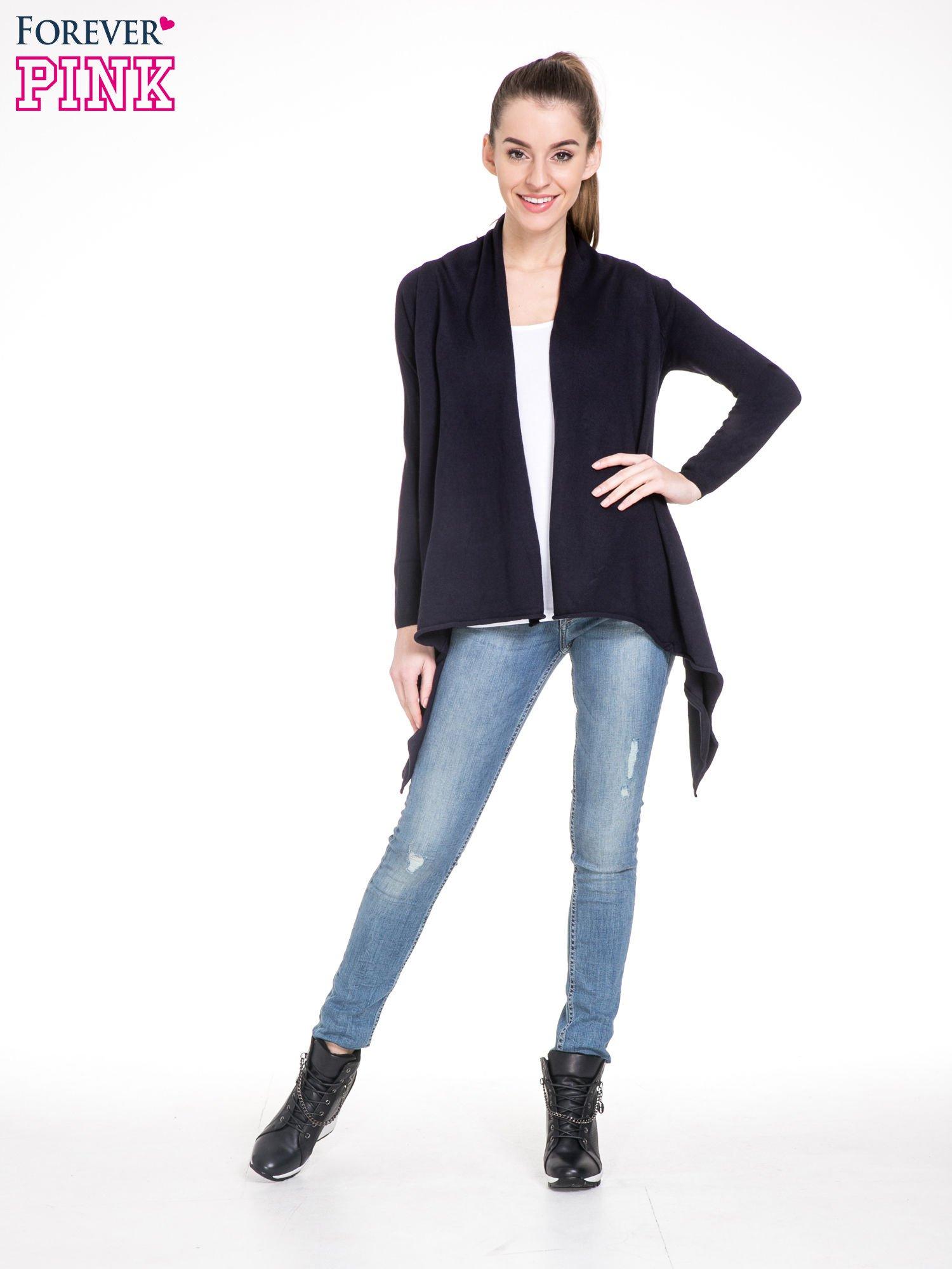 Granatowy sweter narzutka z kaskadowymi bokami                                  zdj.                                  2