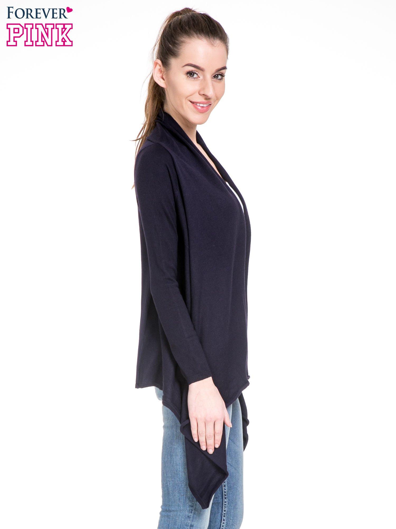Granatowy sweter narzutka z kaskadowymi bokami                                  zdj.                                  3