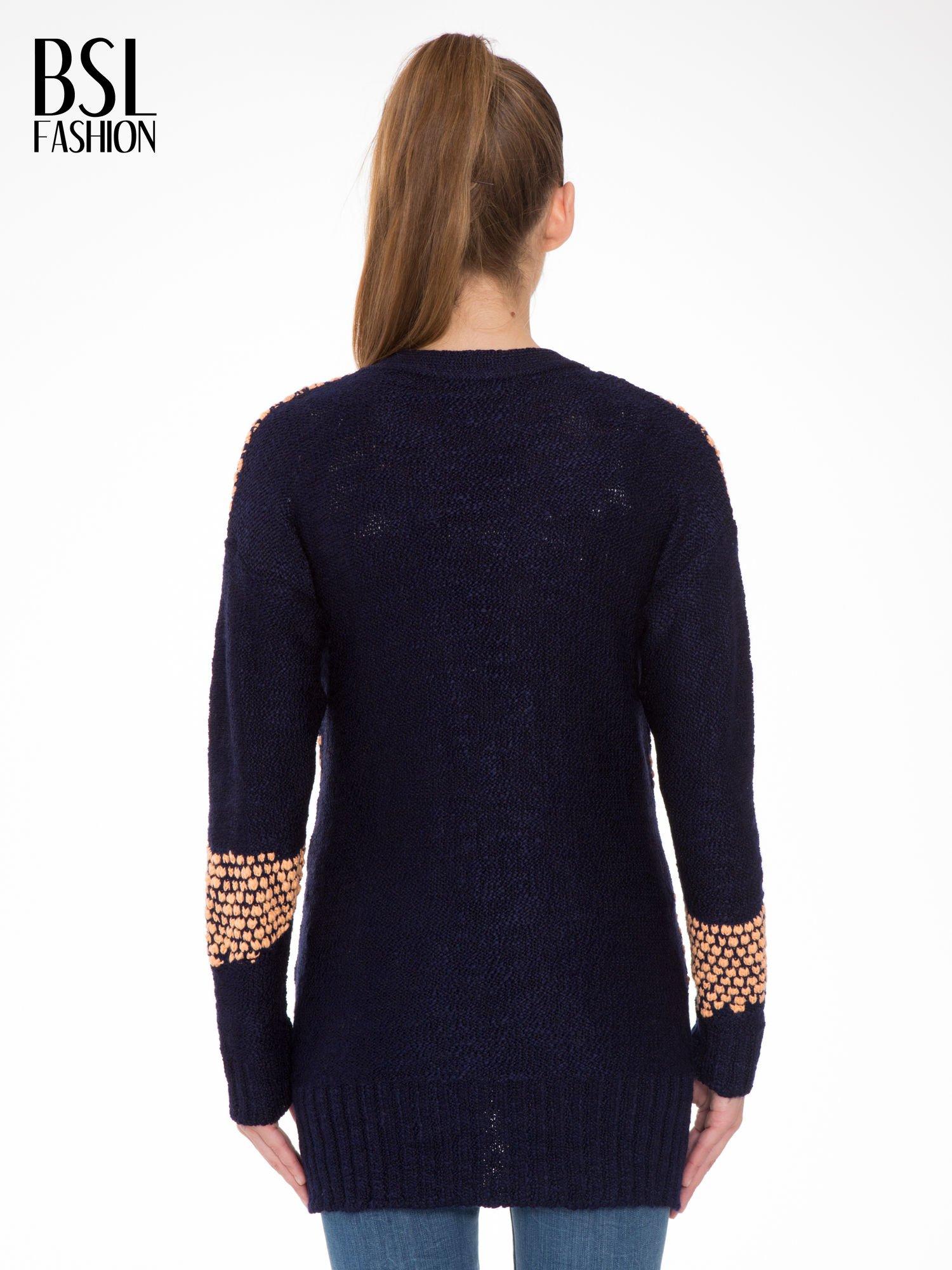 Granatowy sweter typu otwarty kardigan z ozdobnym ściegiem                                  zdj.                                  4