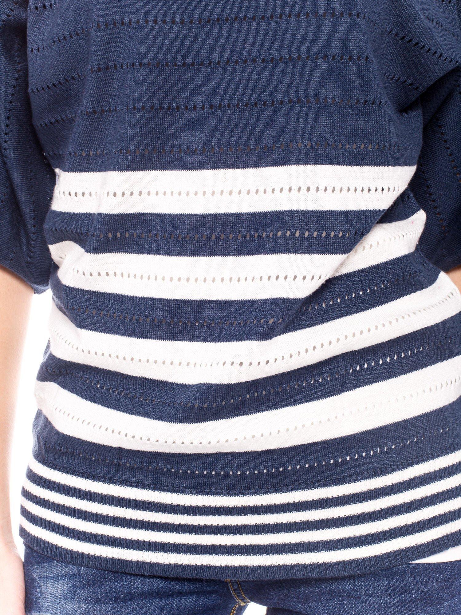 Granatowy sweter w paski z szerokim dekoltem                                  zdj.                                  6