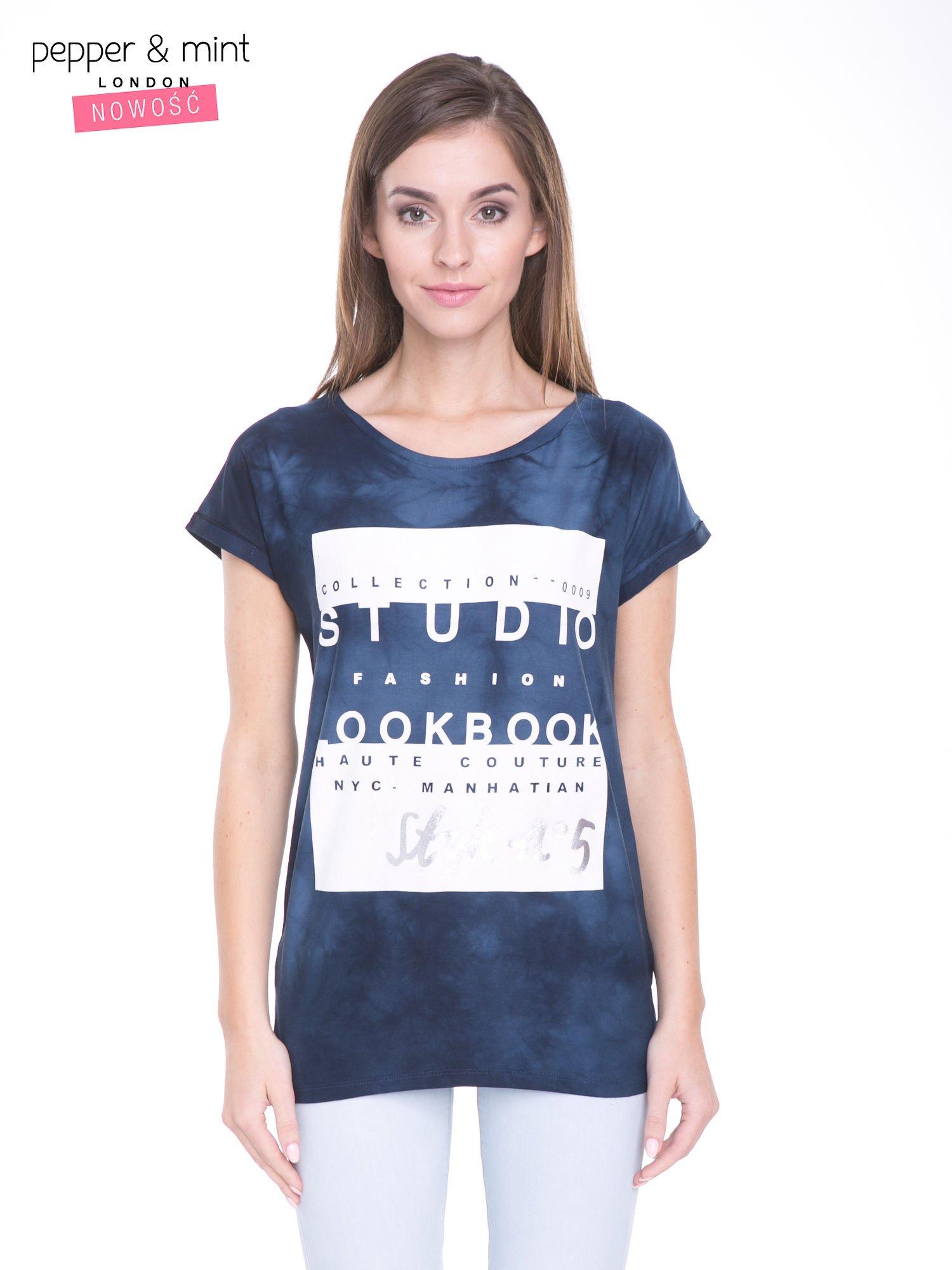 Granatowy t-shirt dekatyzowany z nadrukiem w stylu fashion                                   zdj.                                  1