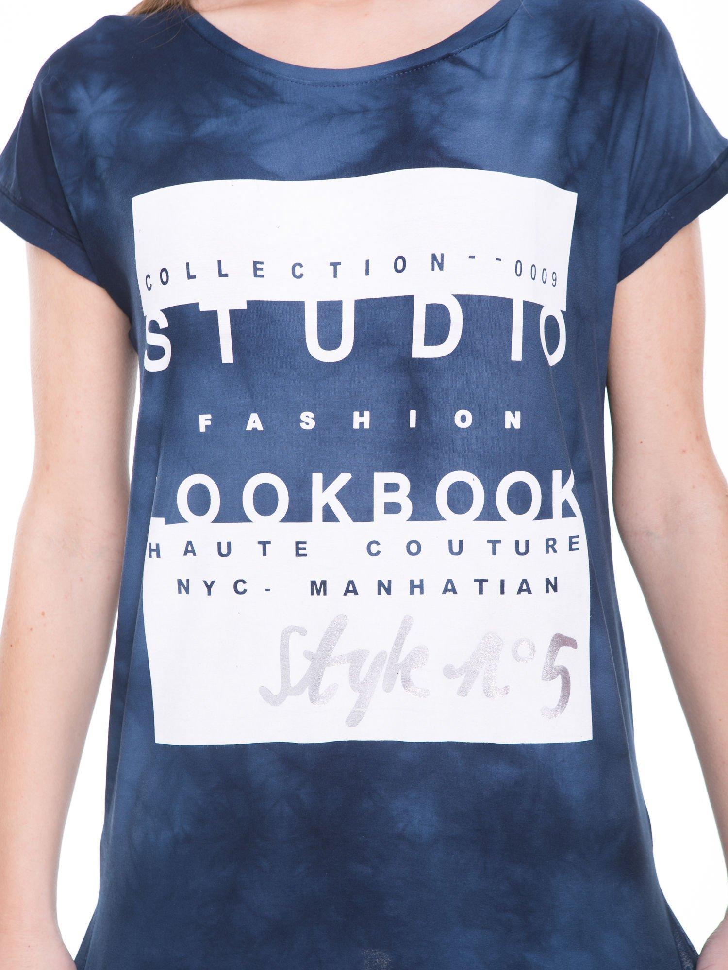 Granatowy t-shirt dekatyzowany z nadrukiem w stylu fashion                                   zdj.                                  6