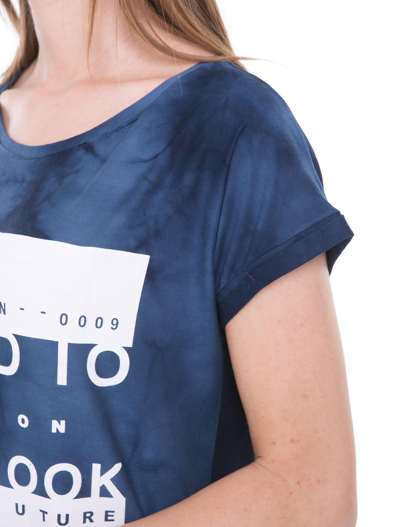 Granatowy t-shirt dekatyzowany z nadrukiem w stylu fashion                                   zdj.                                  7