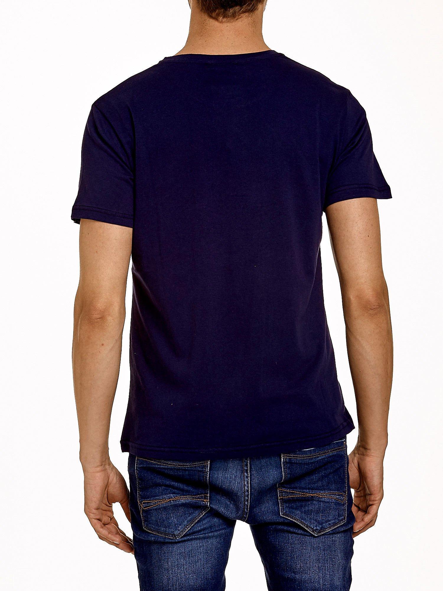 Granatowy t-shirt męski z napisami i kotwicą                                  zdj.                                  2