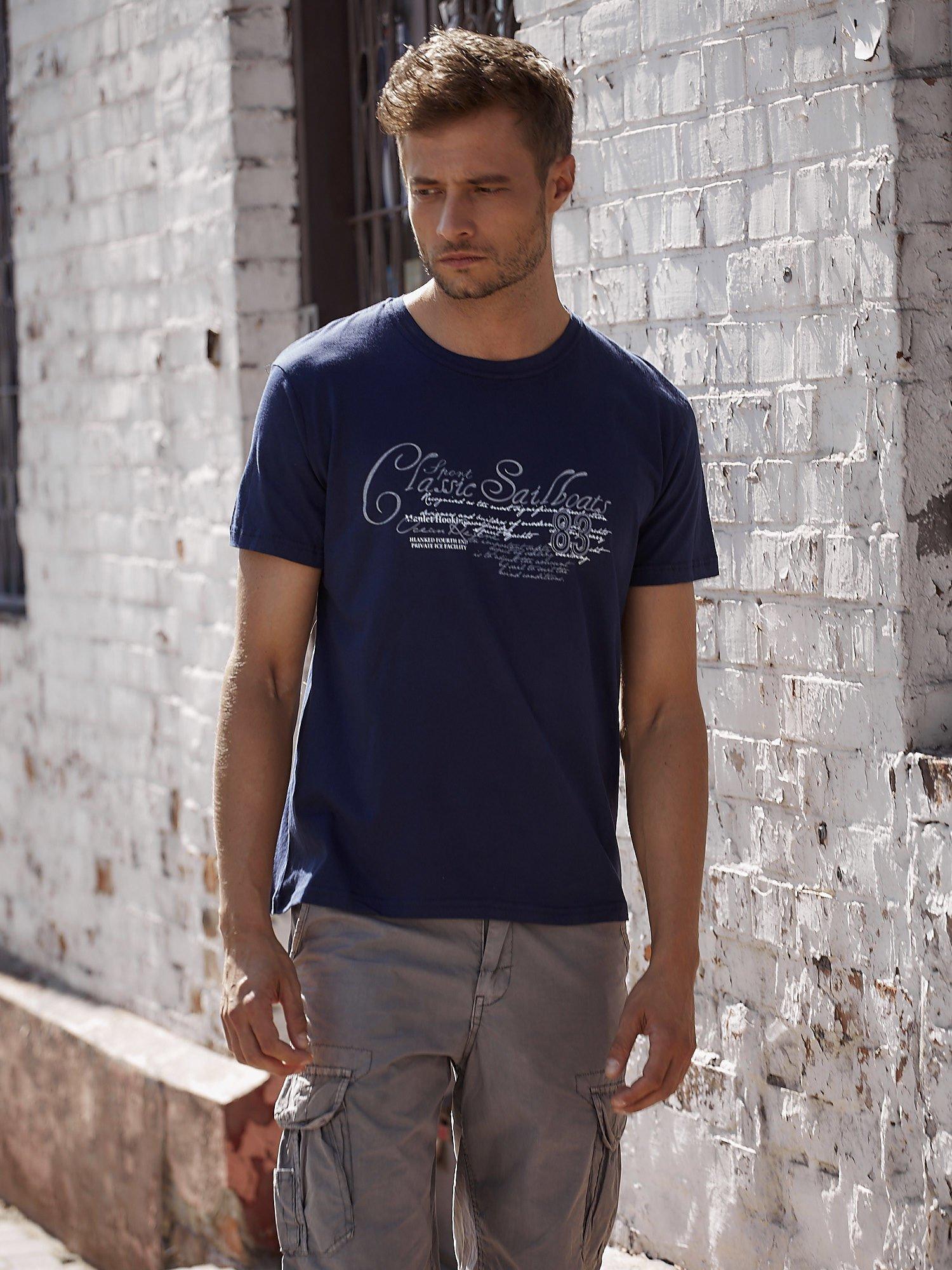 Granatowy t-shirt męski z napisami i liczbą 83                                  zdj.                                  1
