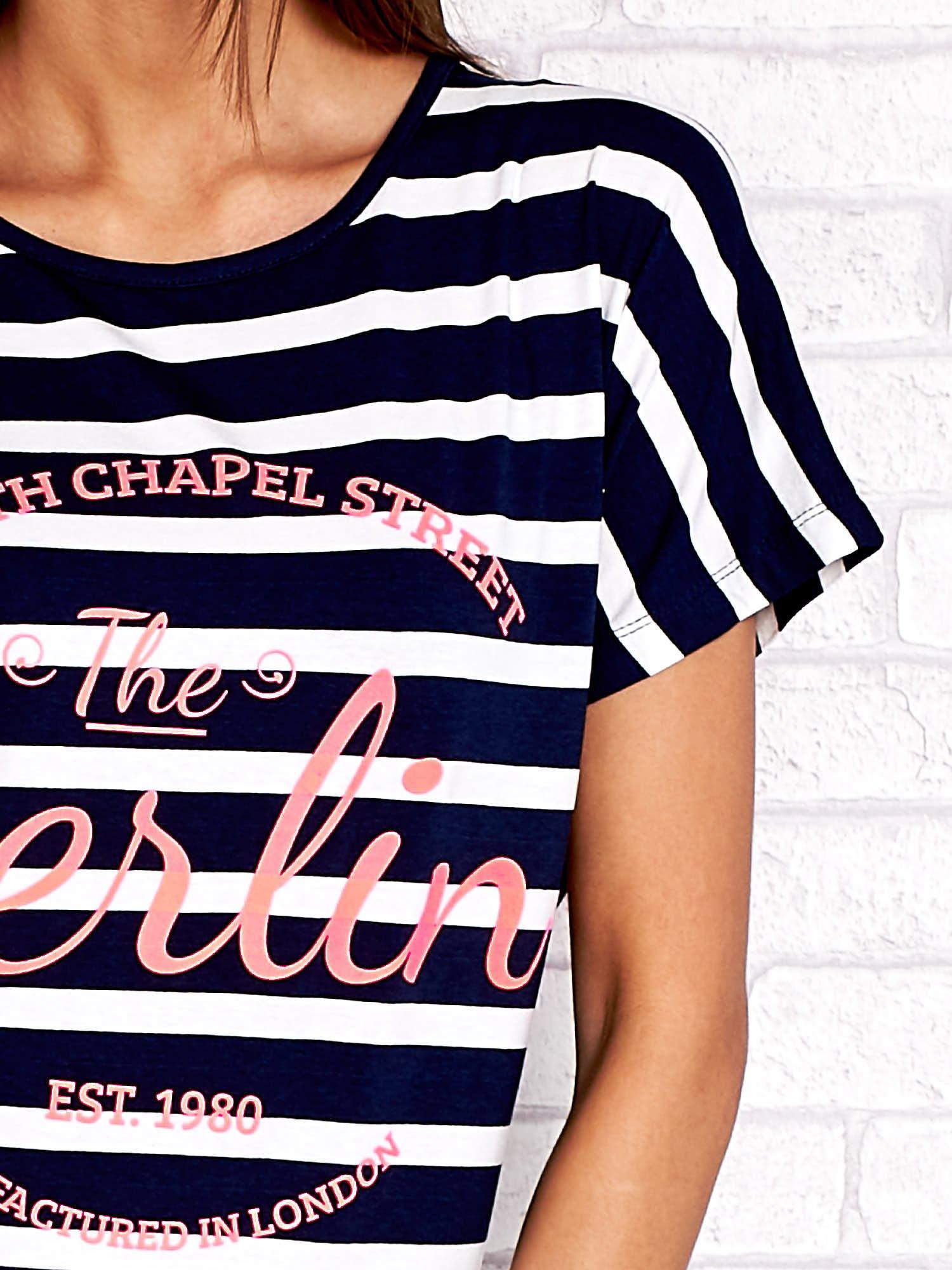 Granatowy t-shirt w białe paski z napisem NORTH CHAPEL STREET                                  zdj.                                  5