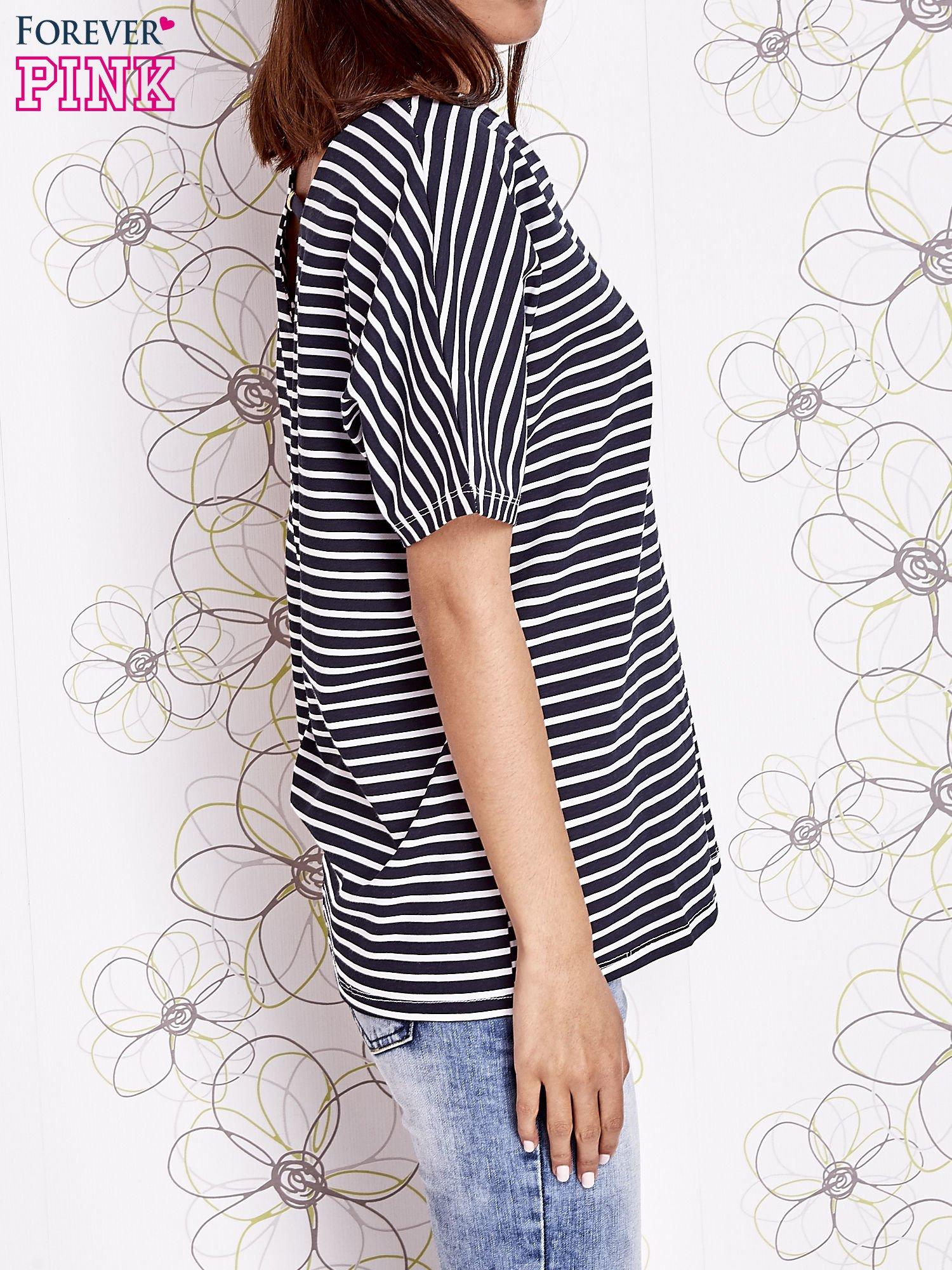 Granatowy t-shirt w paski z ozdobnym dekoltem na plecach                                  zdj.                                  3