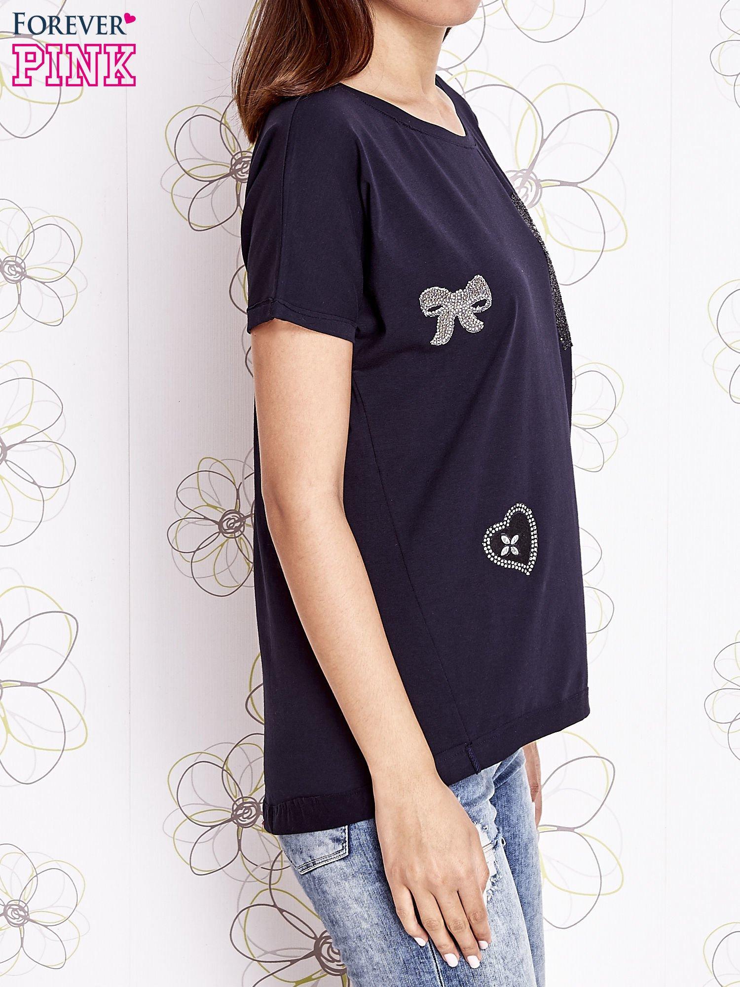 Granatowy t-shirt z motywem serca i kokardki                                  zdj.                                  4