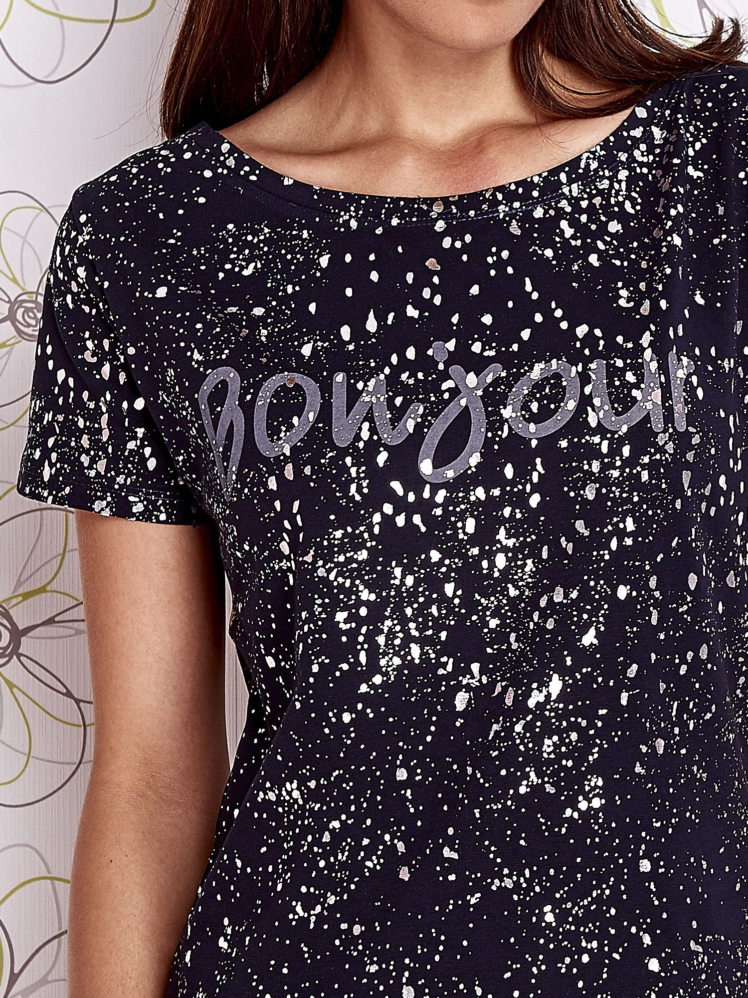 Granatowy t-shirt z napisem BONJOUR                                  zdj.                                  5