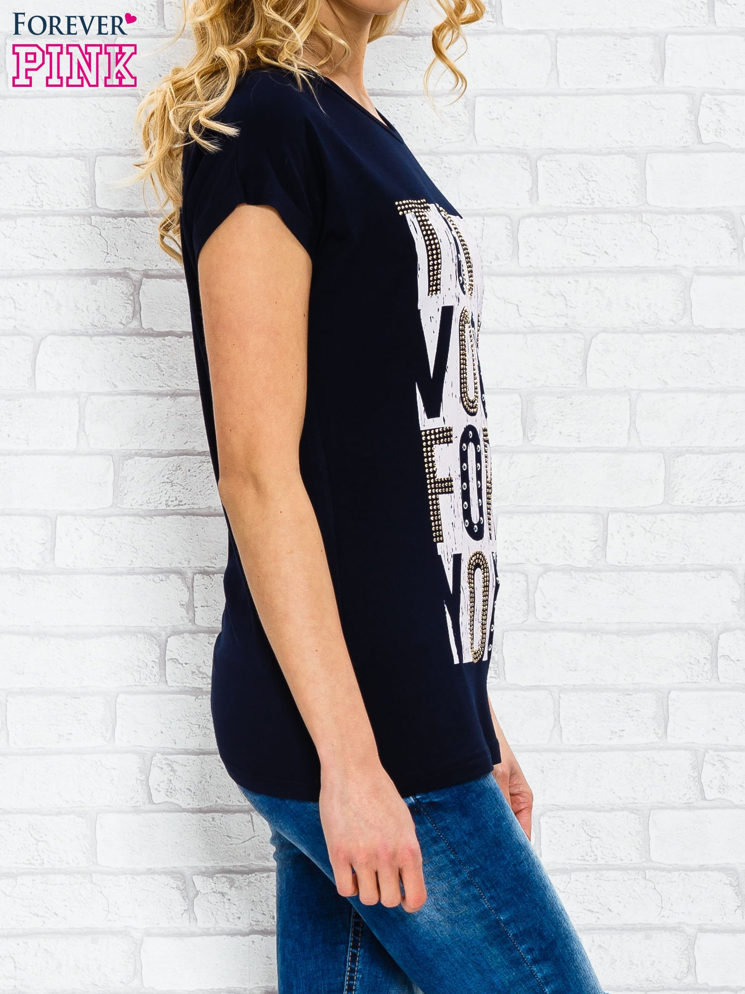 Granatowy t-shirt z napisem TOO VOGUE FOR YOU z dżetami                                  zdj.                                  3