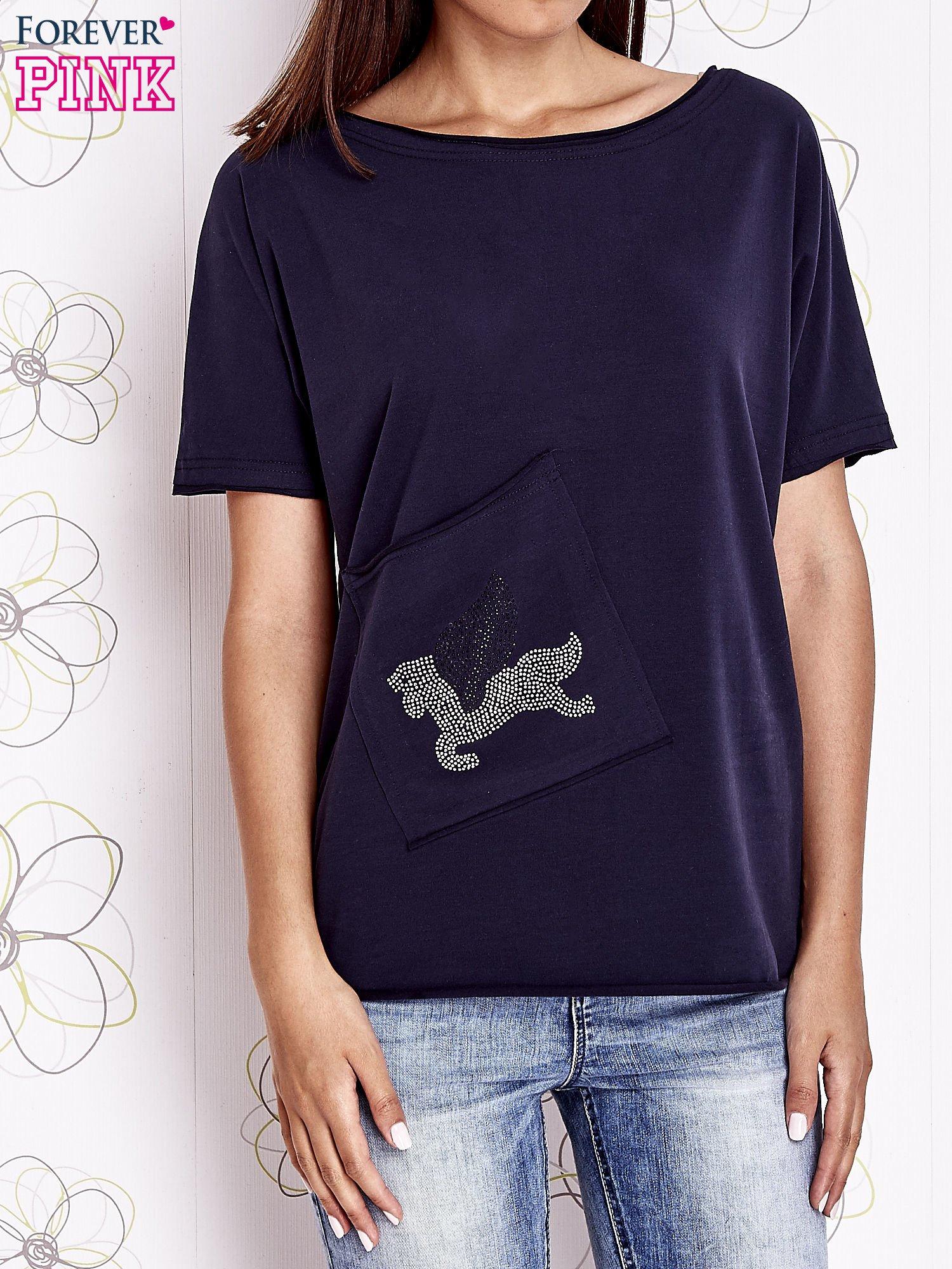 Granatowy t-shirt z ukośną kieszenią i dżetami                                  zdj.                                  1
