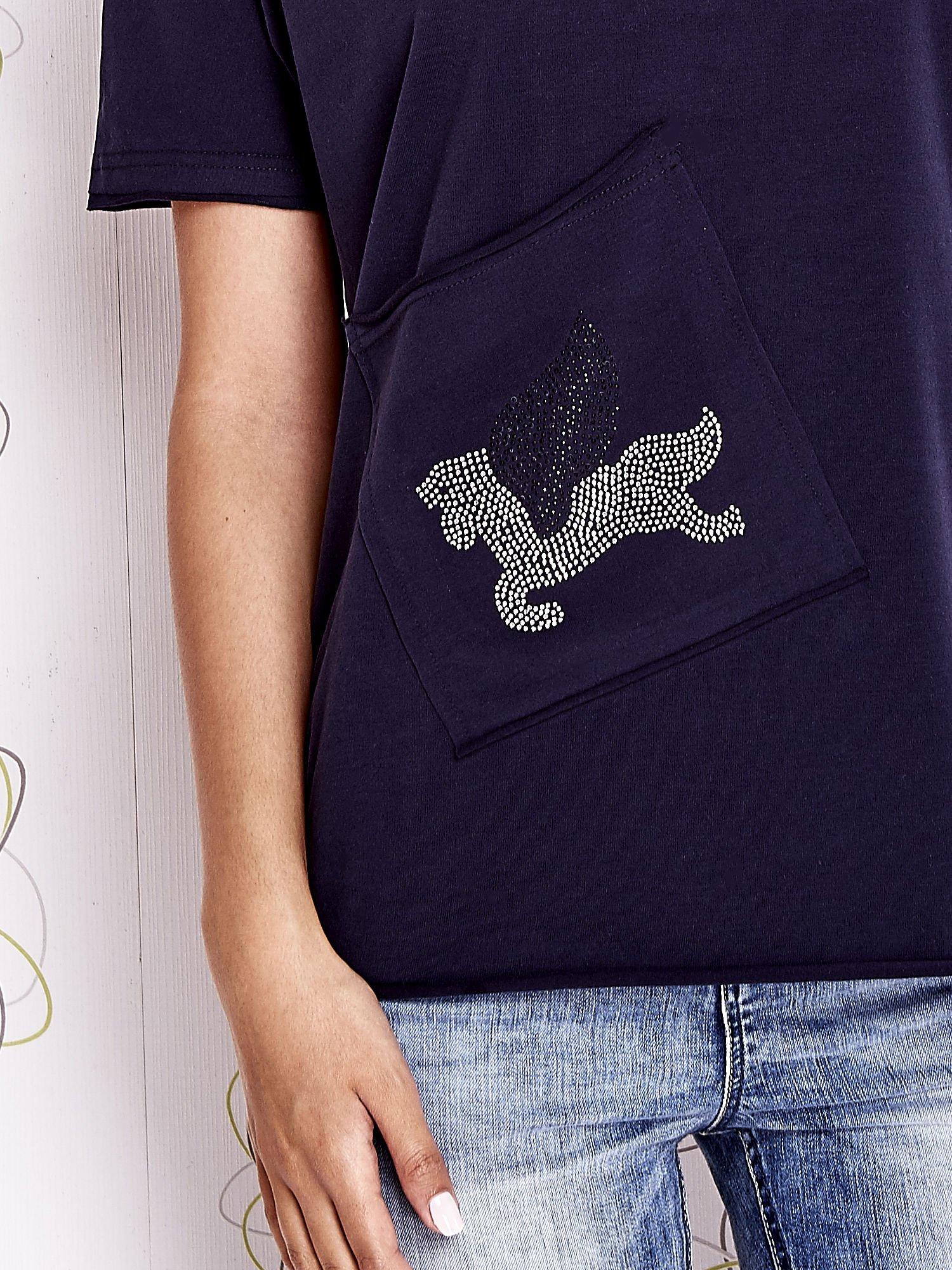 Granatowy t-shirt z ukośną kieszenią i dżetami                                  zdj.                                  5