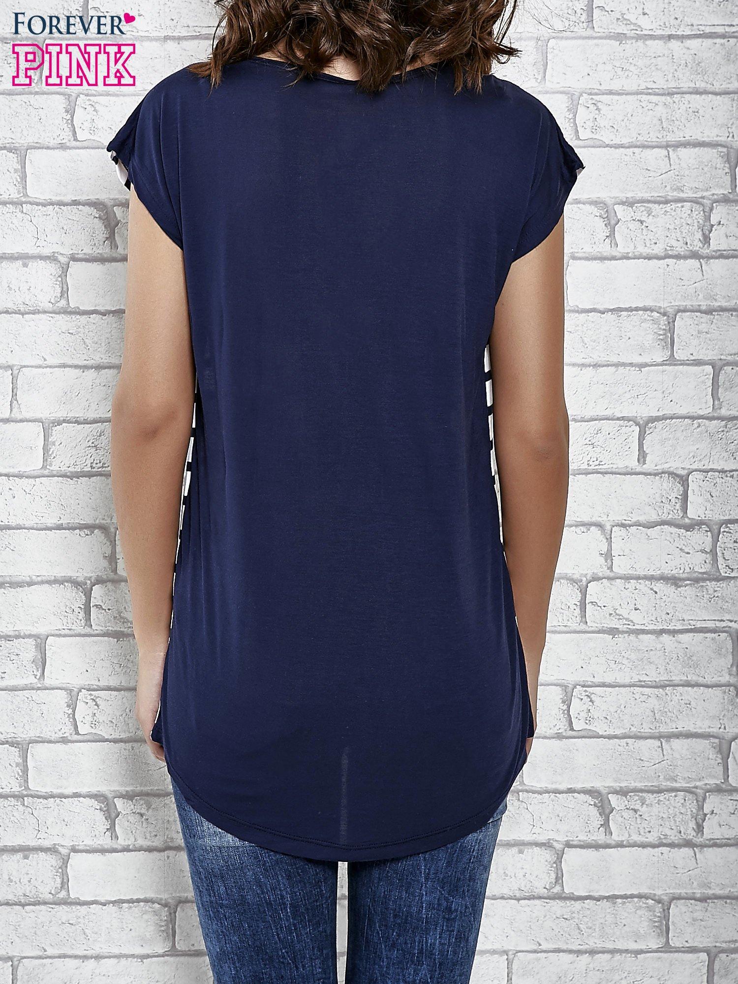 Grantowy t-shirt z motywem pasków                                   zdj.                                  4