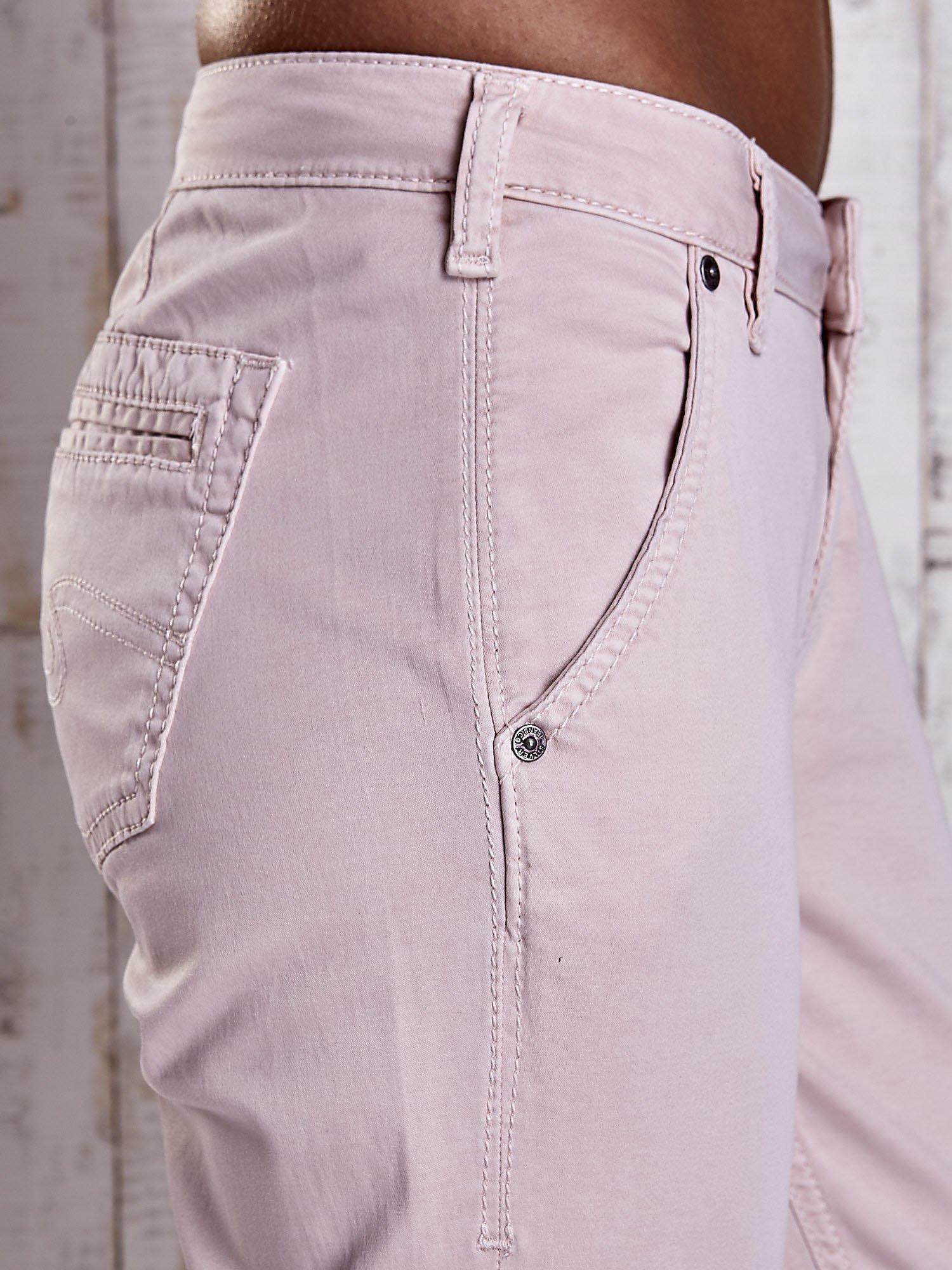 Jasnobeżowe materiałowe spodnie z przeszyciami na kieszeniach                                  zdj.                                  5