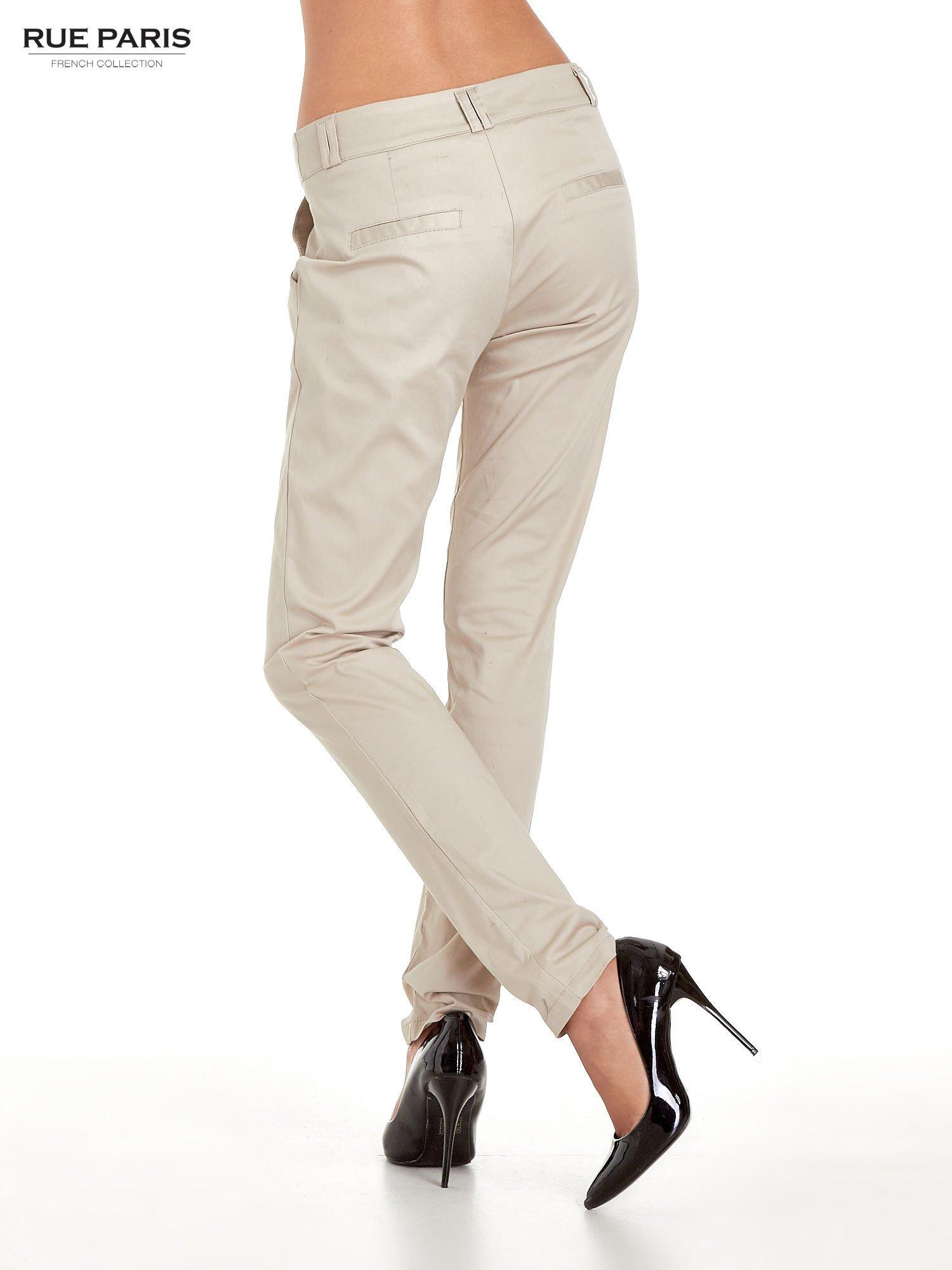 Jasnobeżowe spodnie cygaretki z zakładkami                                  zdj.                                  4